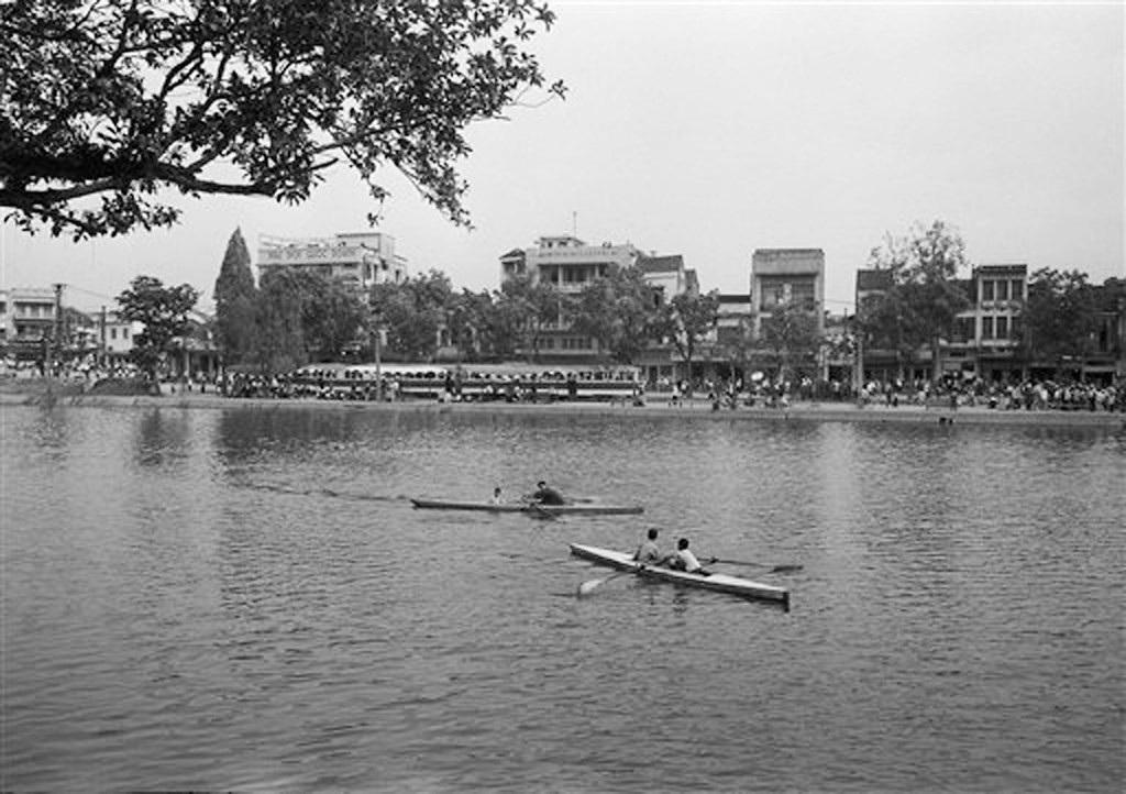 Hồ Gươm đối lập sau nửa thế kỷ qua ảnh tư liệu của phóng viên AP - 19