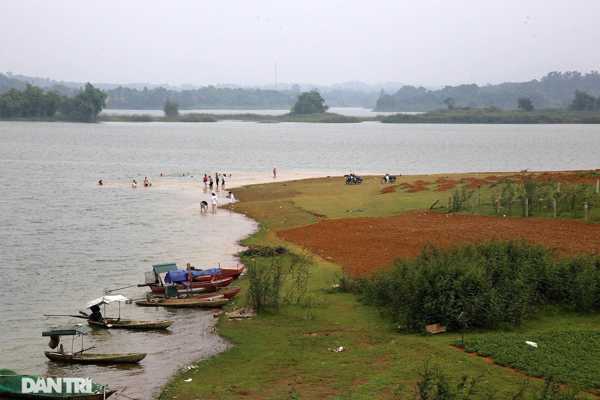 Dù có biển cấm tụ tập, hồ Đồng Mô vẫn tấp nập người đến cắm trại - 1
