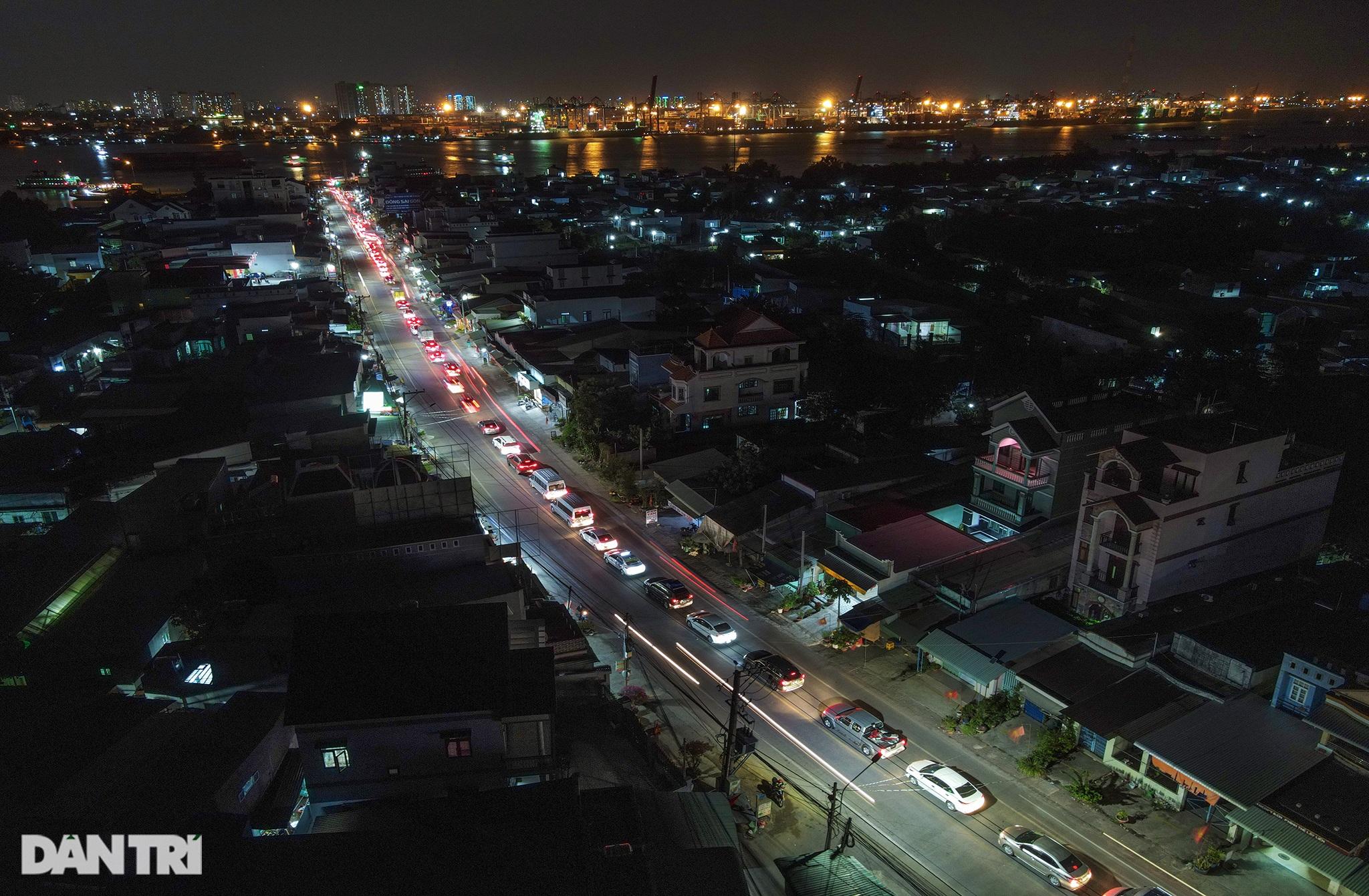 Người dân trở lại Sài Gòn sớm, giao thông cửa ngõ ùn tắc, hỗn loạn - 1