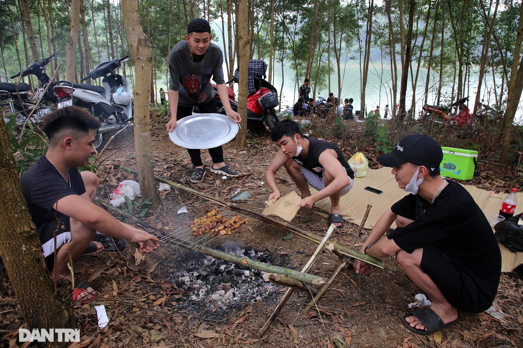 Dù có biển cấm tụ tập, hồ Đồng Mô vẫn tấp nập người đến cắm trại - 11