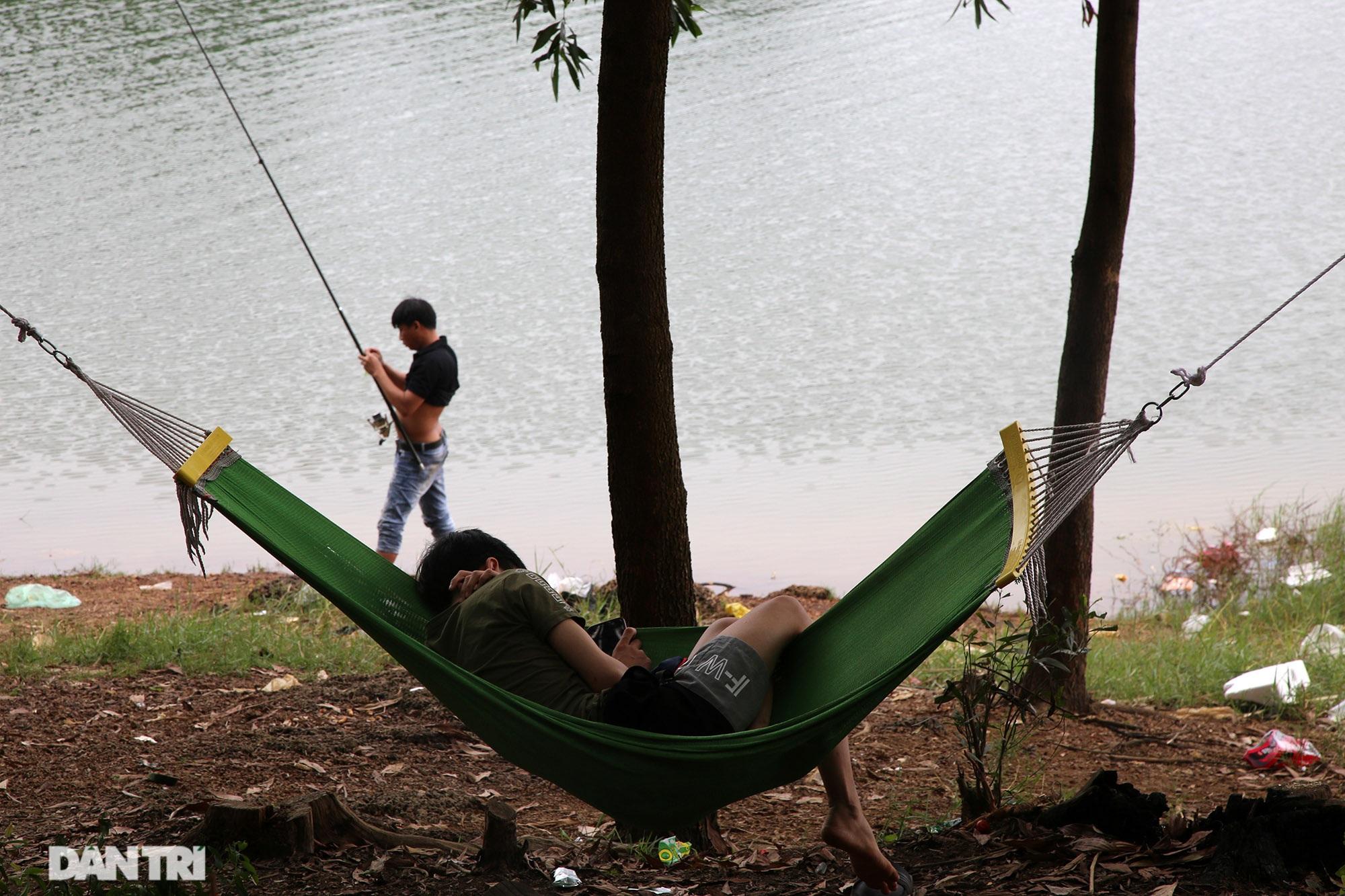 Dù có biển cấm tụ tập, hồ Đồng Mô vẫn tấp nập người đến cắm trại - 12