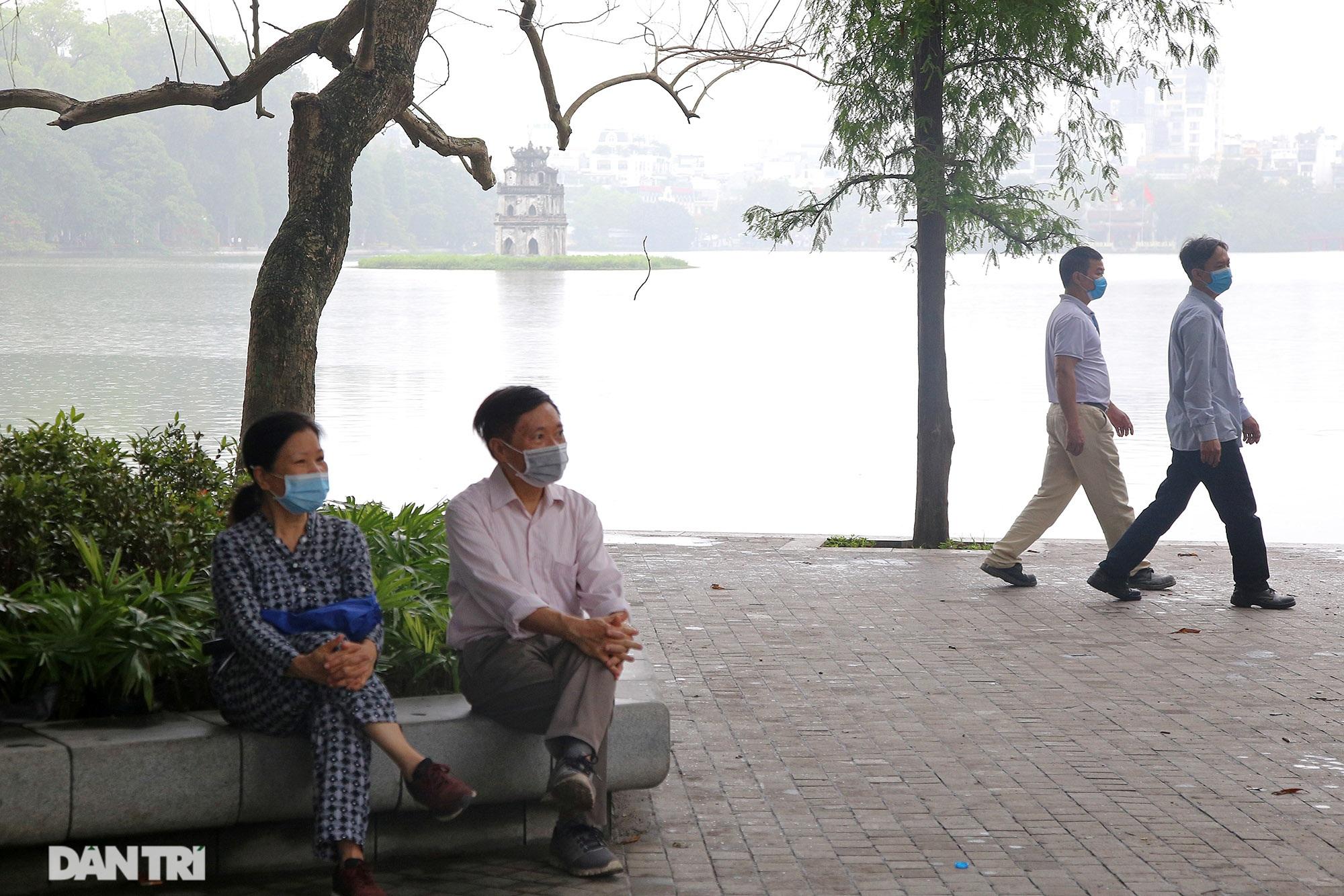 Lo ngại dịch bệnh Covid-19 lây lan, người dân Hà Nội cố thủ trong nhà - 11