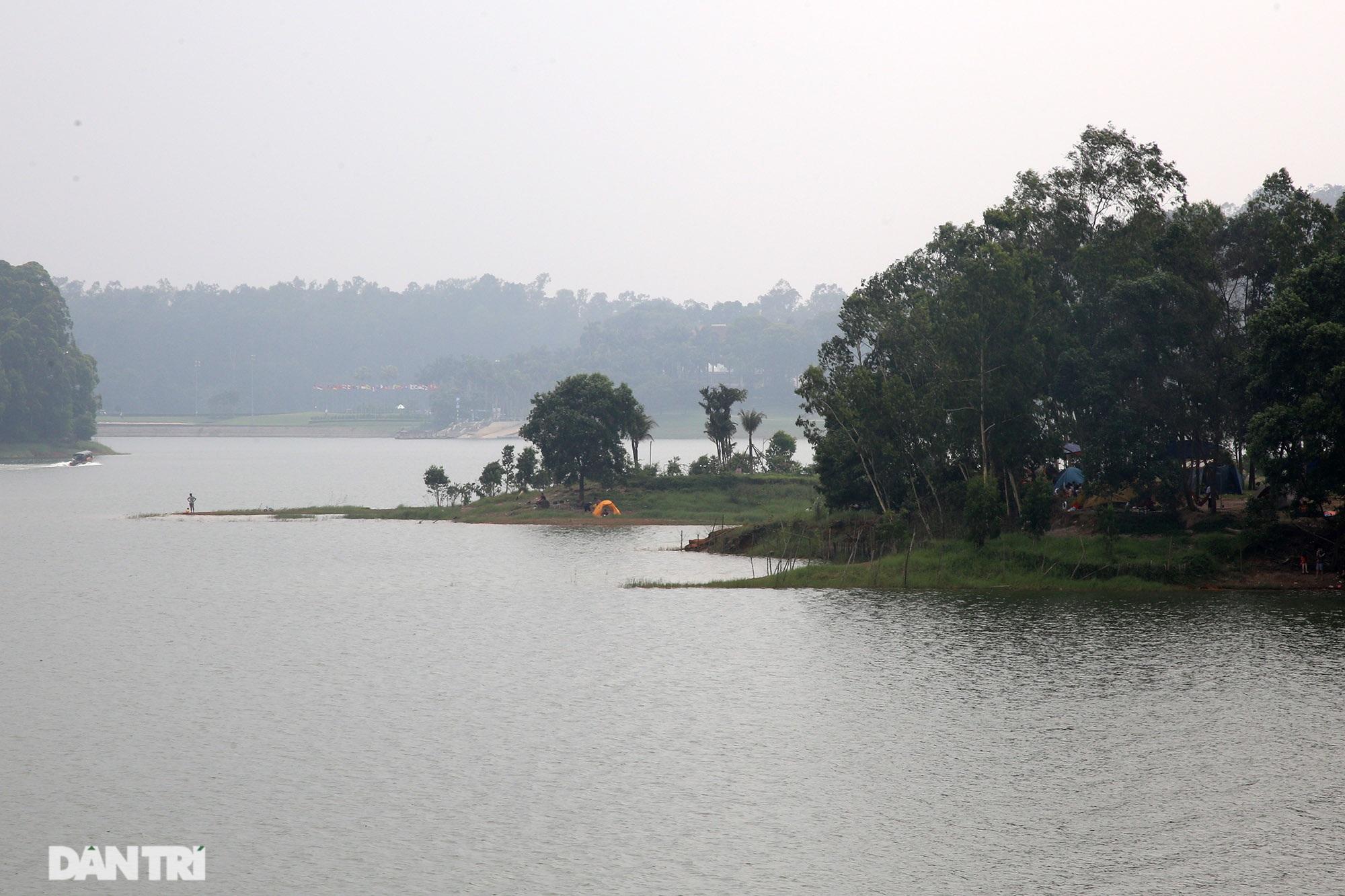Dù có biển cấm tụ tập, hồ Đồng Mô vẫn tấp nập người đến cắm trại - 14