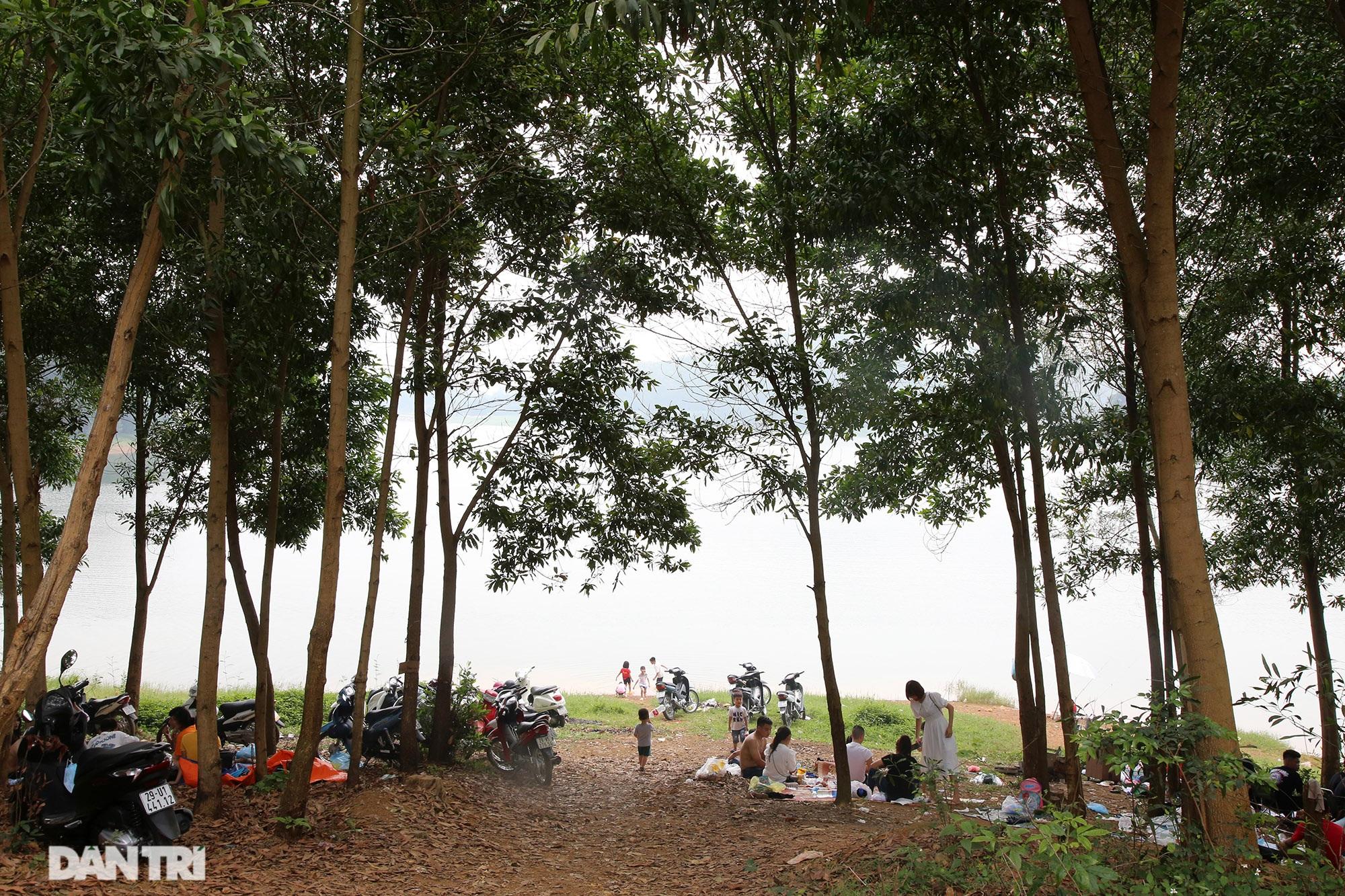 Dù có biển cấm tụ tập, hồ Đồng Mô vẫn tấp nập người đến cắm trại - 15