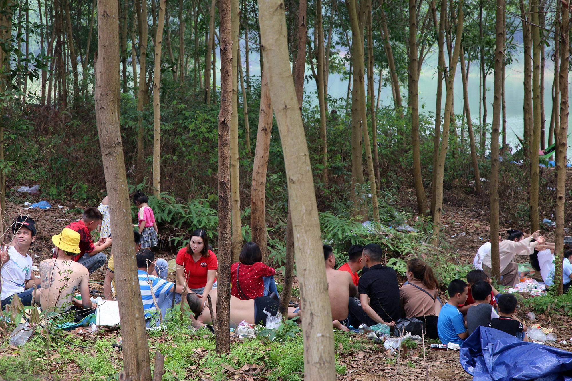 Dù có biển cấm tụ tập, hồ Đồng Mô vẫn tấp nập người đến cắm trại - 2
