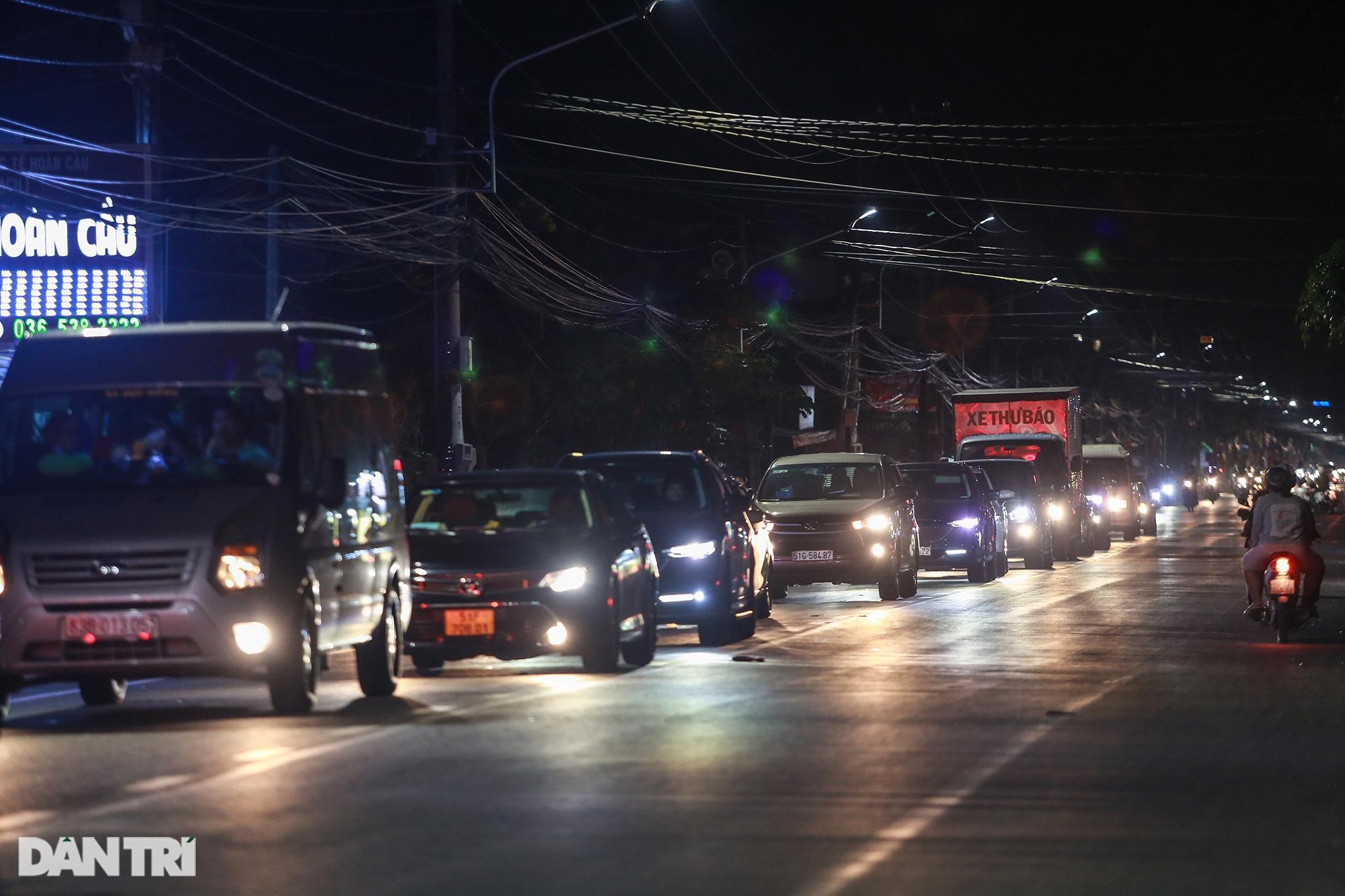 Người dân trở lại Sài Gòn sớm, giao thông cửa ngõ ùn tắc, hỗn loạn - 2