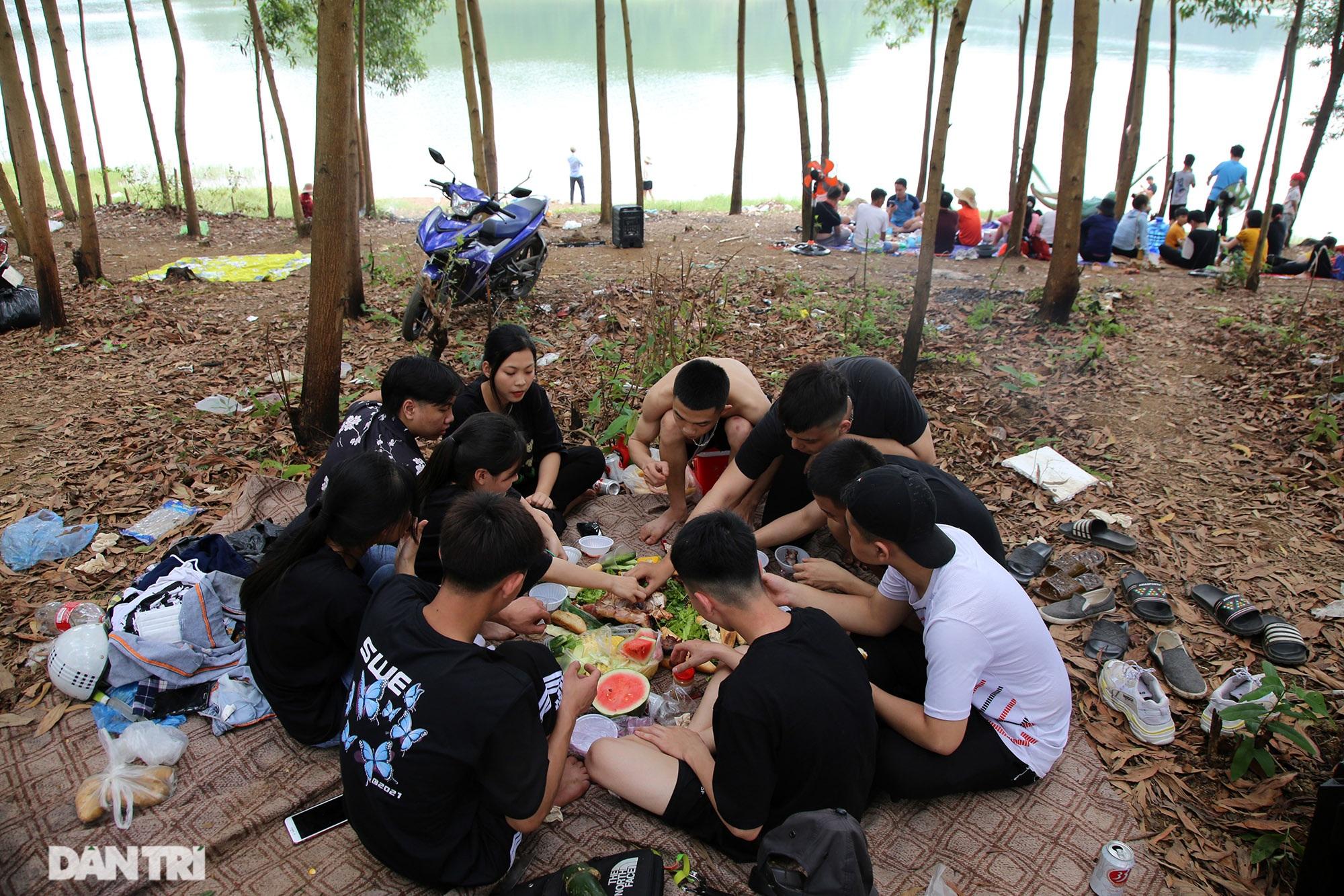 Dù có biển cấm tụ tập, hồ Đồng Mô vẫn tấp nập người đến cắm trại - 3
