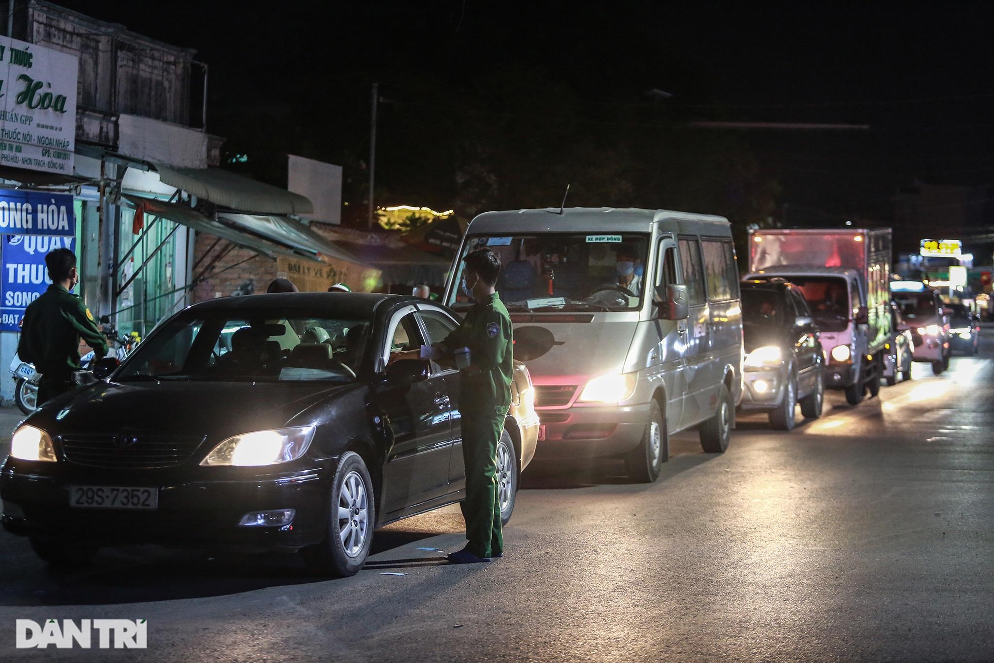 Người dân trở lại Sài Gòn sớm, giao thông cửa ngõ ùn tắc, hỗn loạn - 3