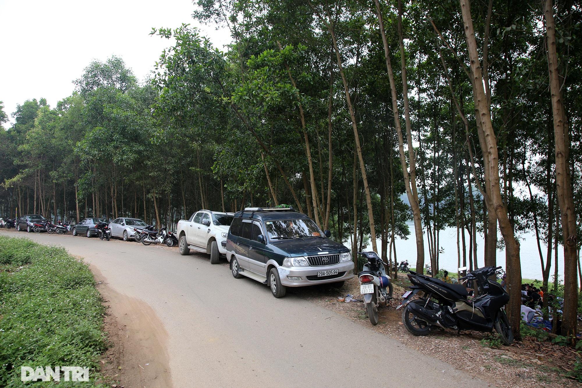 Dù có biển cấm tụ tập, hồ Đồng Mô vẫn tấp nập người đến cắm trại - 4
