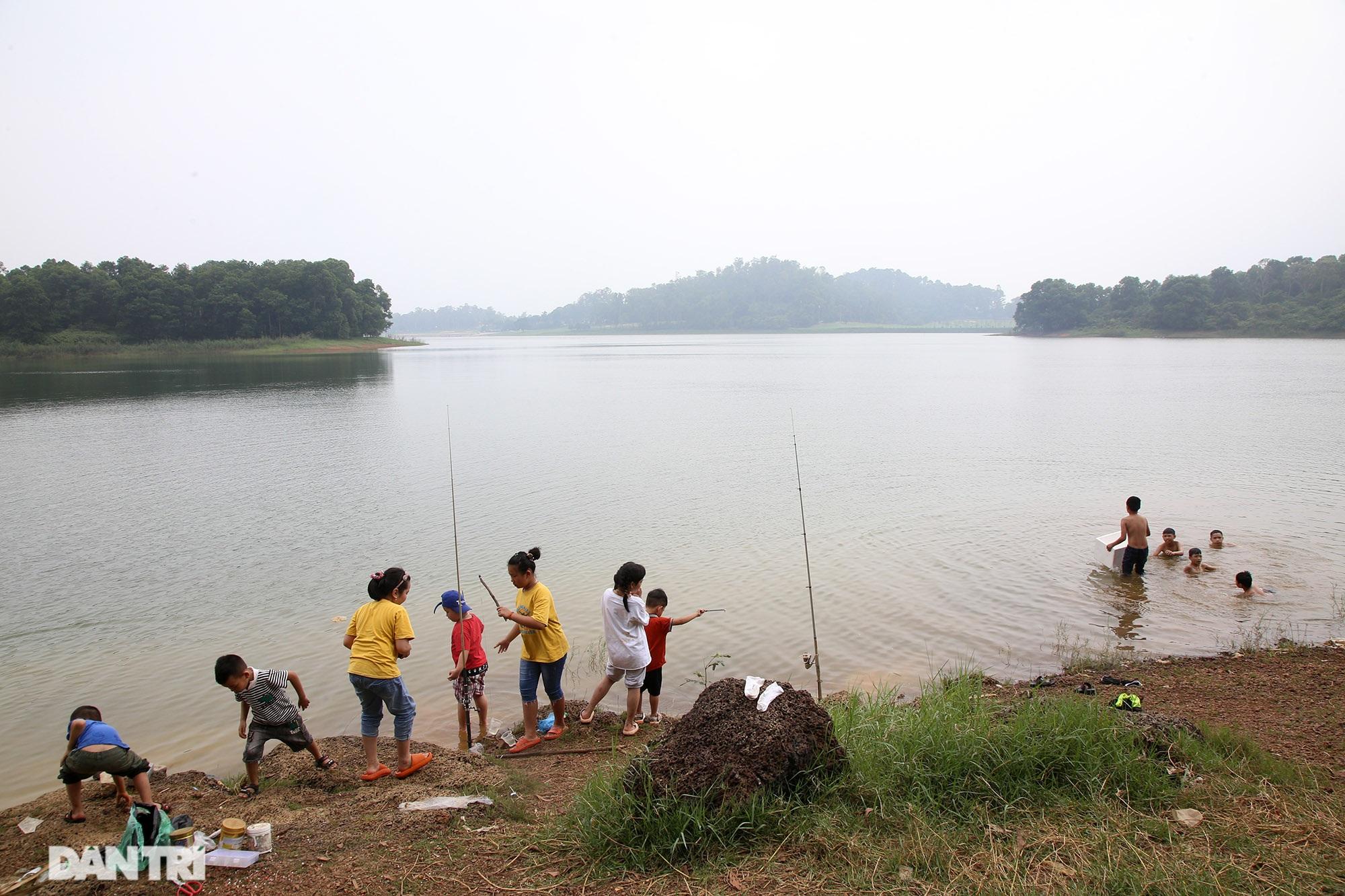 Dù có biển cấm tụ tập, hồ Đồng Mô vẫn tấp nập người đến cắm trại - 6