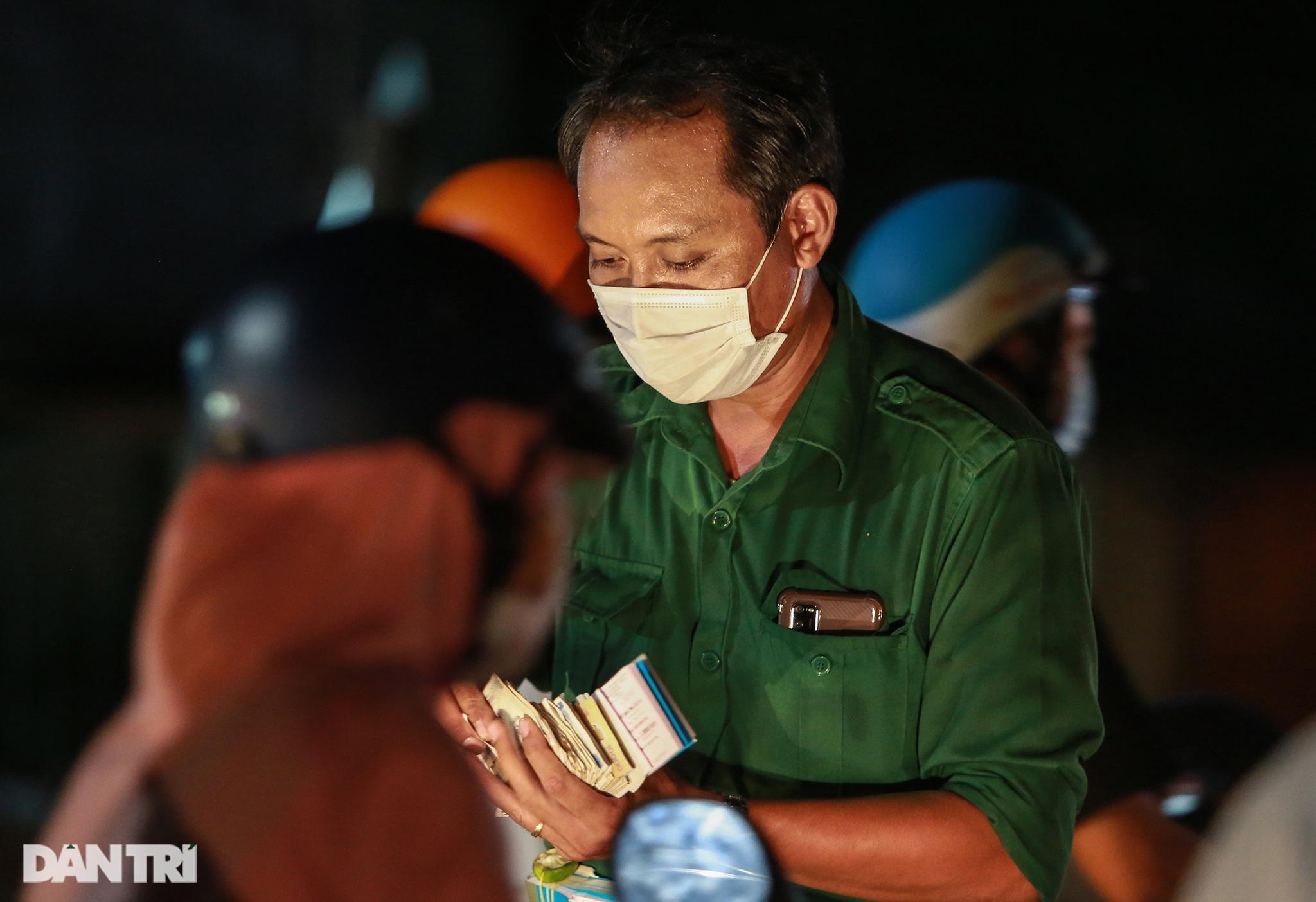 Người dân trở lại Sài Gòn sớm, giao thông cửa ngõ ùn tắc, hỗn loạn - 5