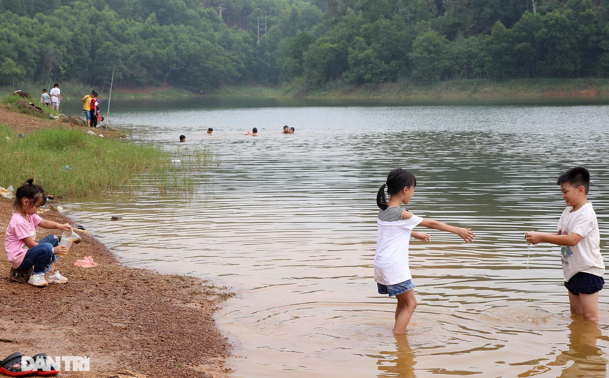 Dù có biển cấm tụ tập, hồ Đồng Mô vẫn tấp nập người đến cắm trại - 7