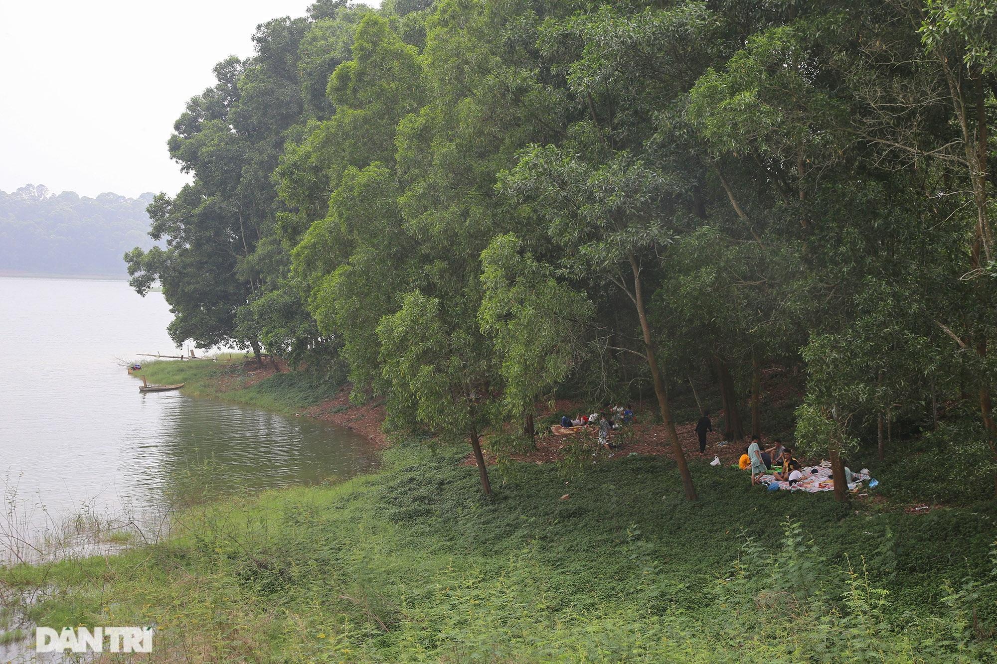 Dù có biển cấm tụ tập, hồ Đồng Mô vẫn tấp nập người đến cắm trại - 8