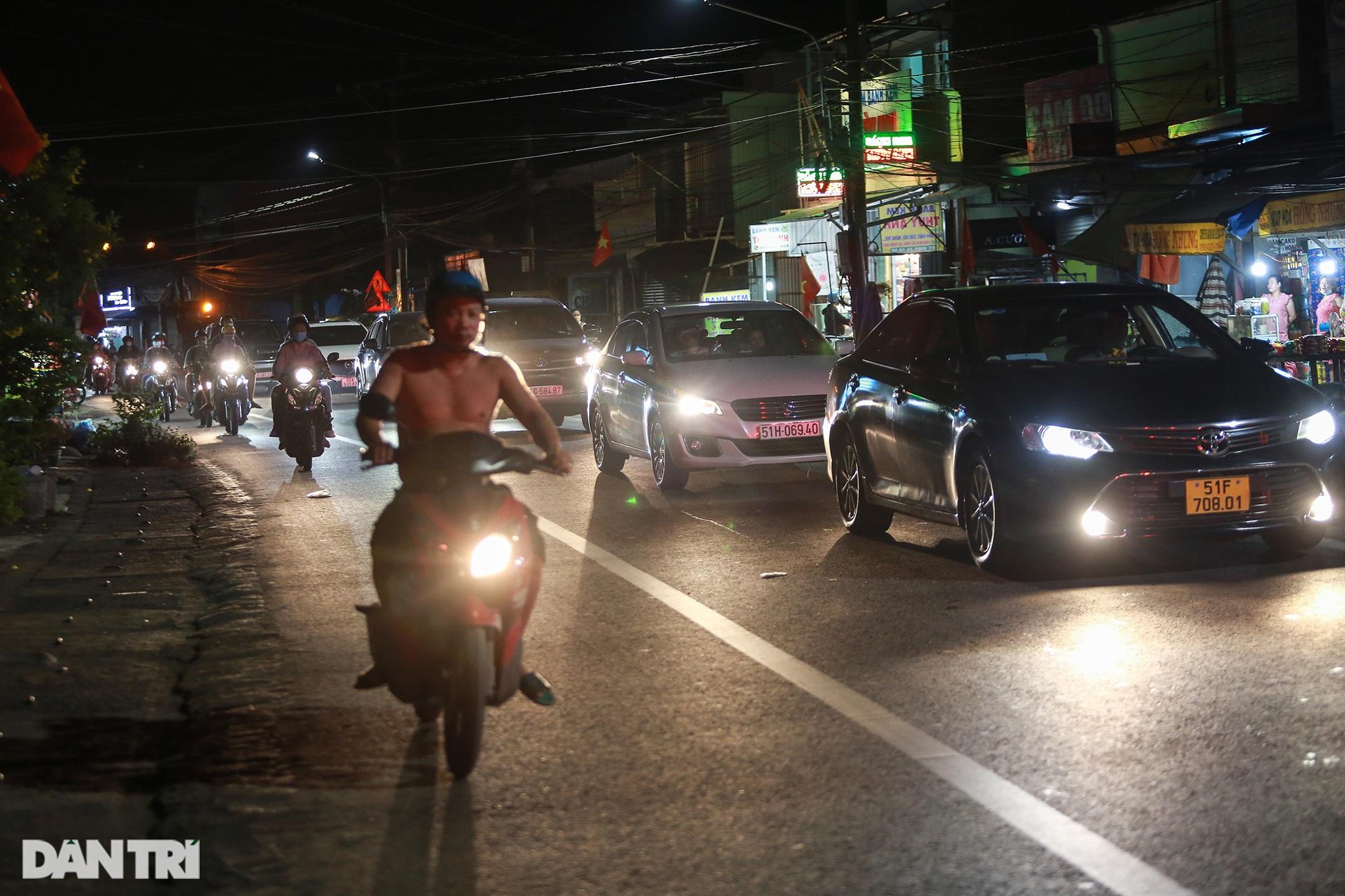 Người dân trở lại Sài Gòn sớm, giao thông cửa ngõ ùn tắc, hỗn loạn - 7