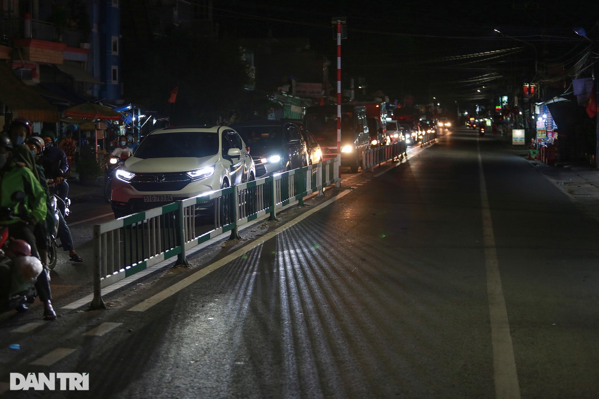 Người dân trở lại Sài Gòn sớm, giao thông cửa ngõ ùn tắc, hỗn loạn - 8