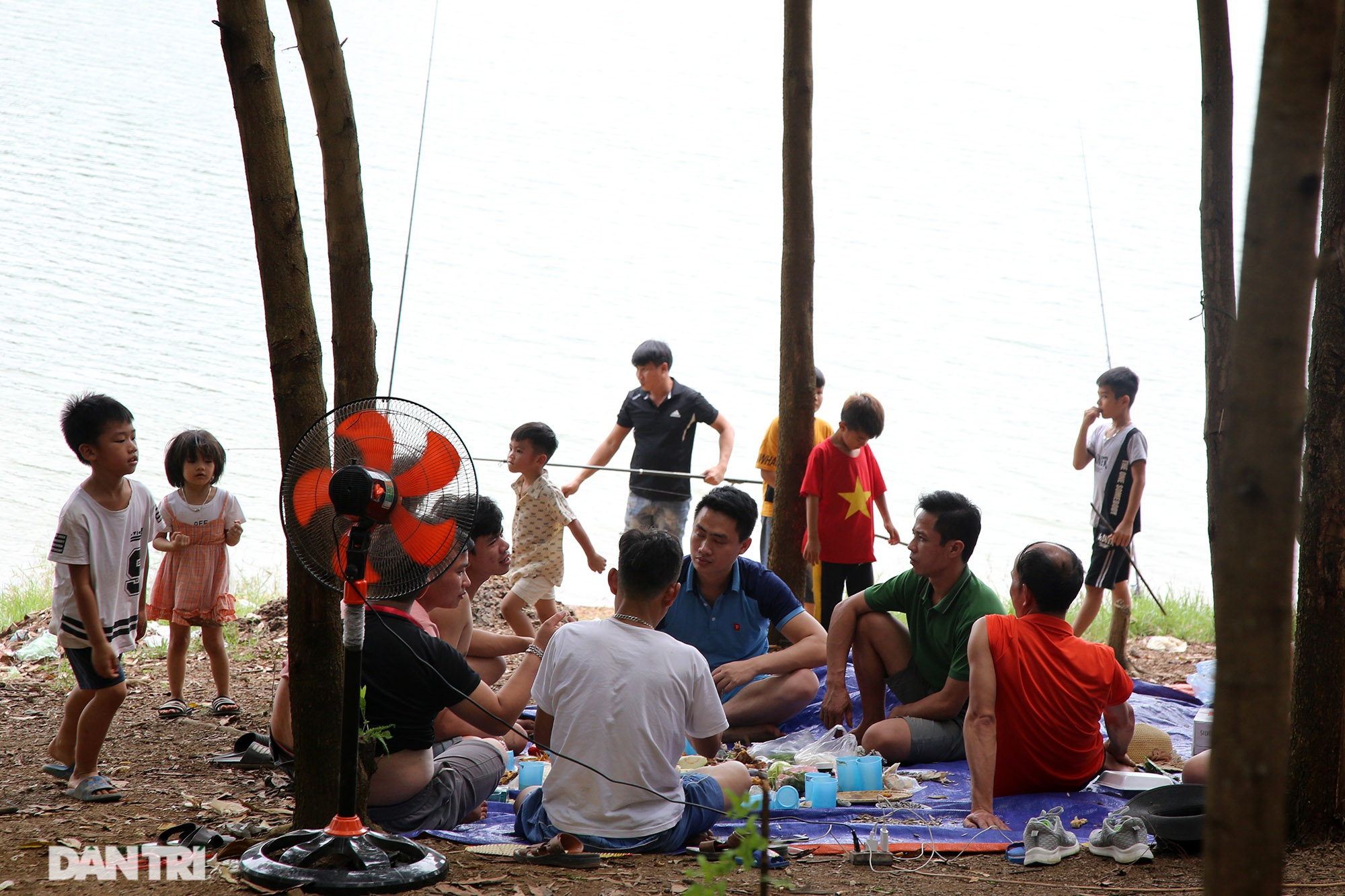 Dù có biển cấm tụ tập, hồ Đồng Mô vẫn tấp nập người đến cắm trại - 10