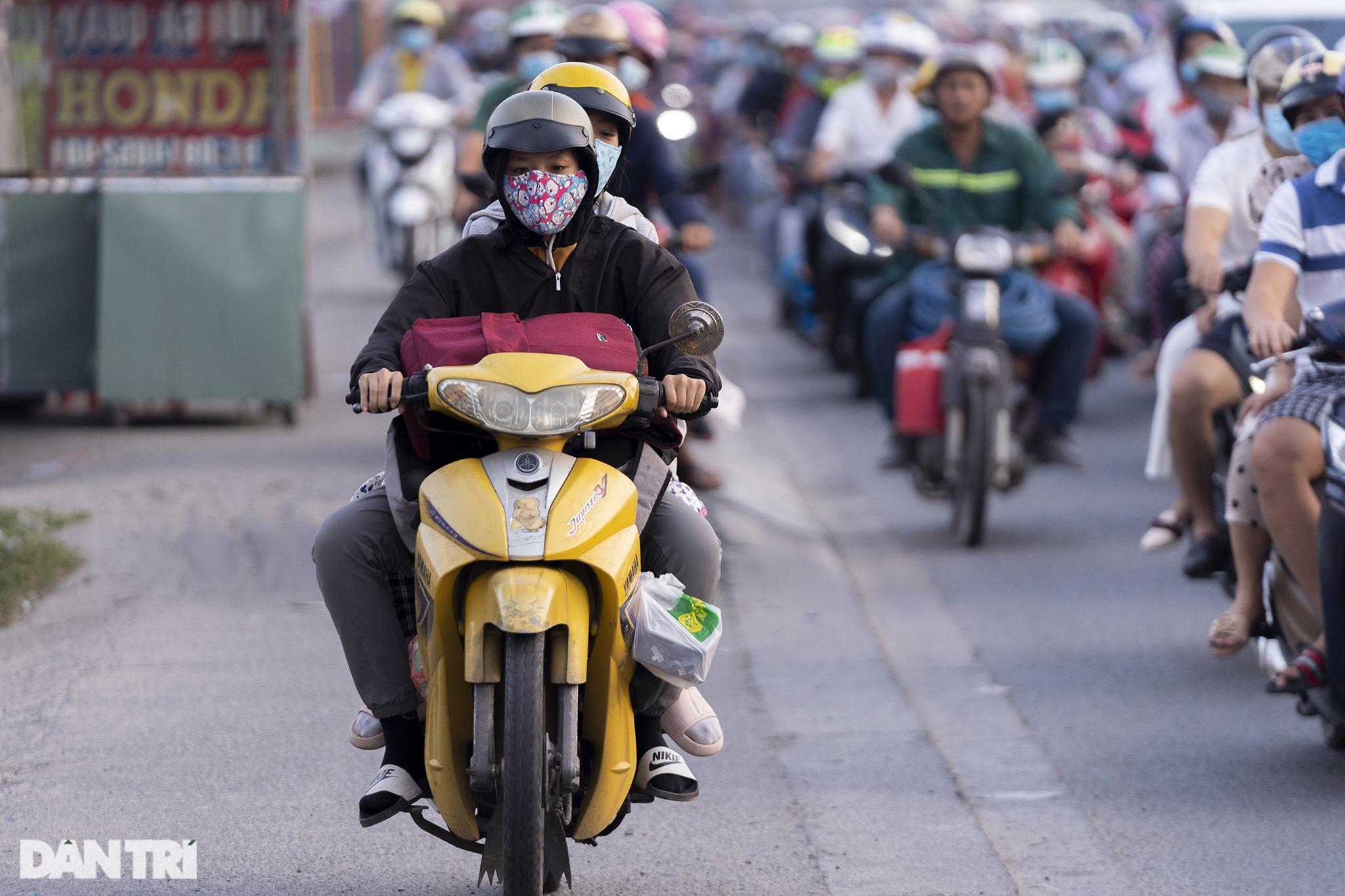 Người dân trở lại Sài Gòn sớm, giao thông cửa ngõ ùn tắc, hỗn loạn - 19