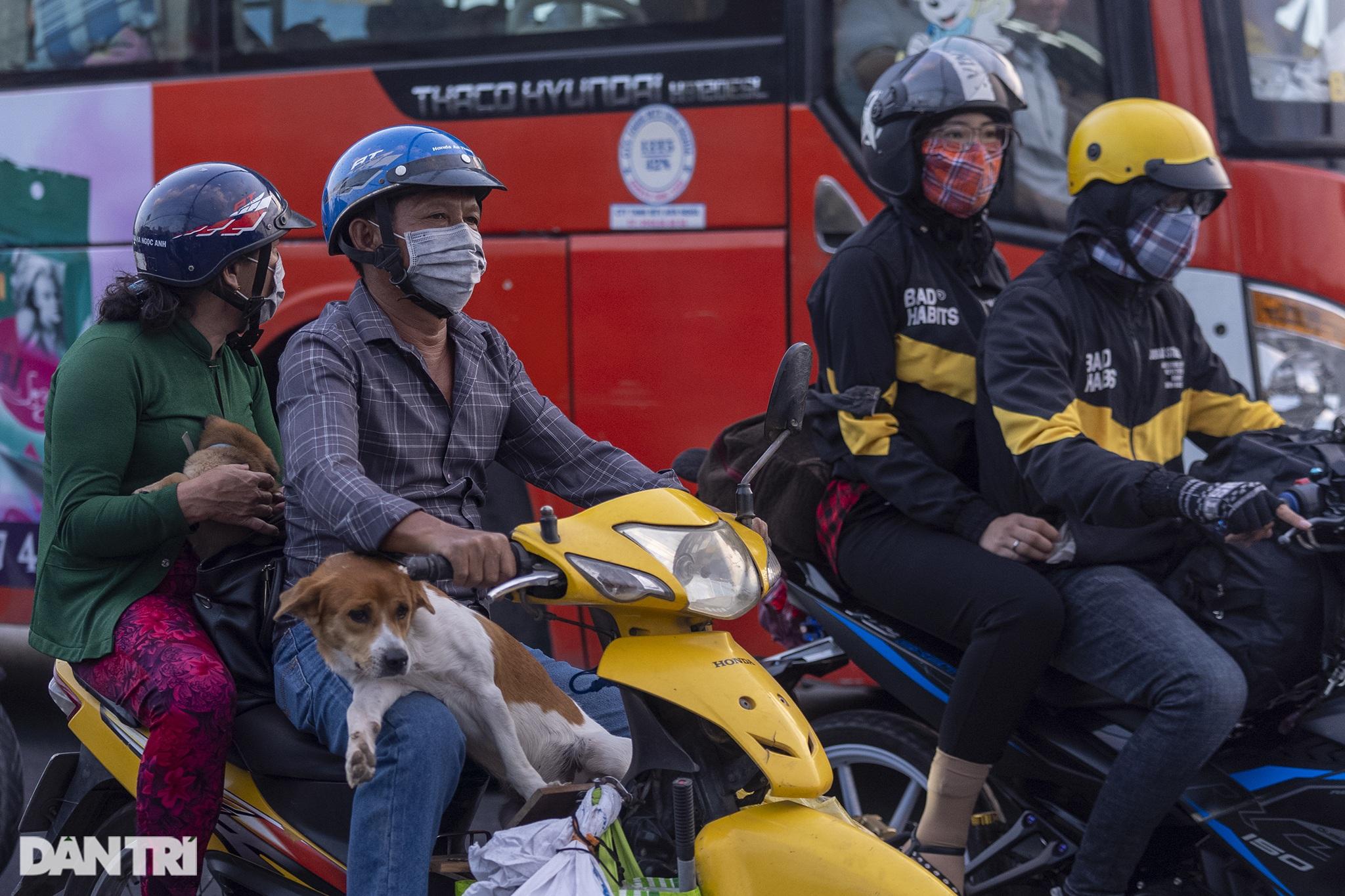 Người dân trở lại Sài Gòn sớm, giao thông cửa ngõ ùn tắc, hỗn loạn - 20