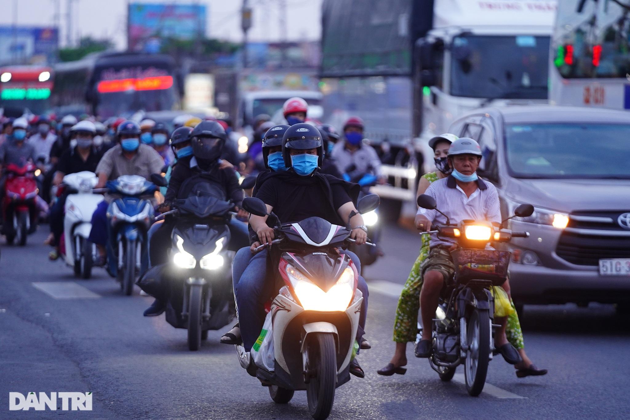 Người dân trở lại Sài Gòn sớm, giao thông cửa ngõ ùn tắc, hỗn loạn - 14