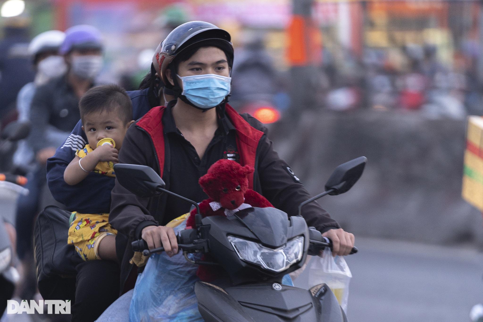 Người dân trở lại Sài Gòn sớm, giao thông cửa ngõ ùn tắc, hỗn loạn - 15