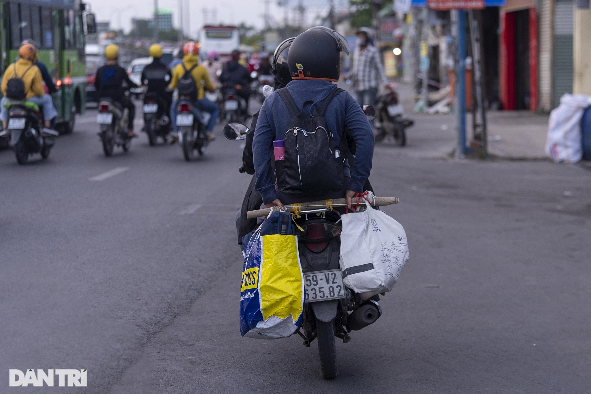 Người dân trở lại Sài Gòn sớm, giao thông cửa ngõ ùn tắc, hỗn loạn - 16