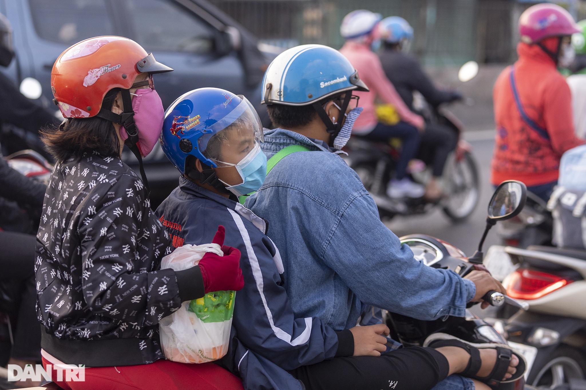 Người dân trở lại Sài Gòn sớm, giao thông cửa ngõ ùn tắc, hỗn loạn - 17