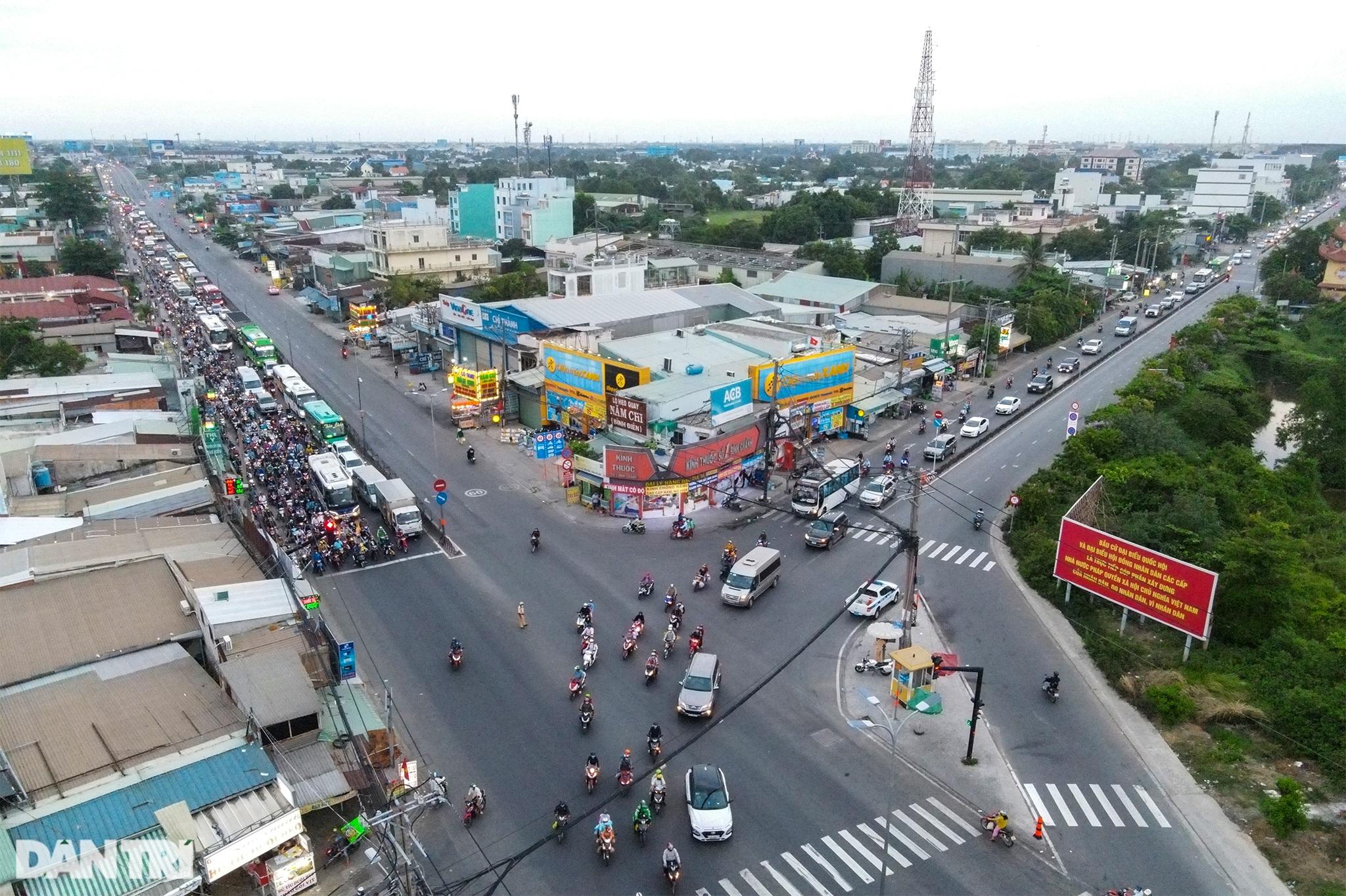 Người dân trở lại Sài Gòn sớm, giao thông cửa ngõ ùn tắc, hỗn loạn - 10