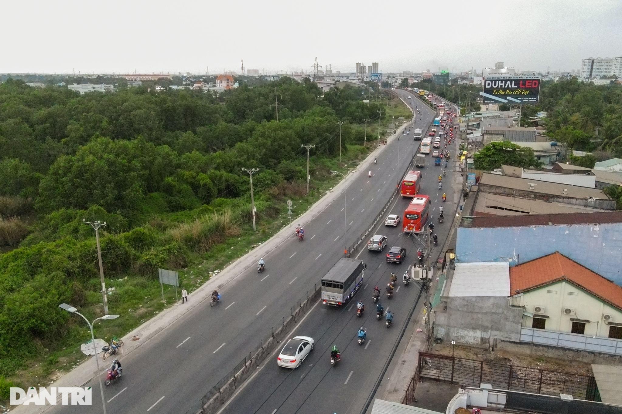 Người dân trở lại Sài Gòn sớm, giao thông cửa ngõ ùn tắc, hỗn loạn - 11