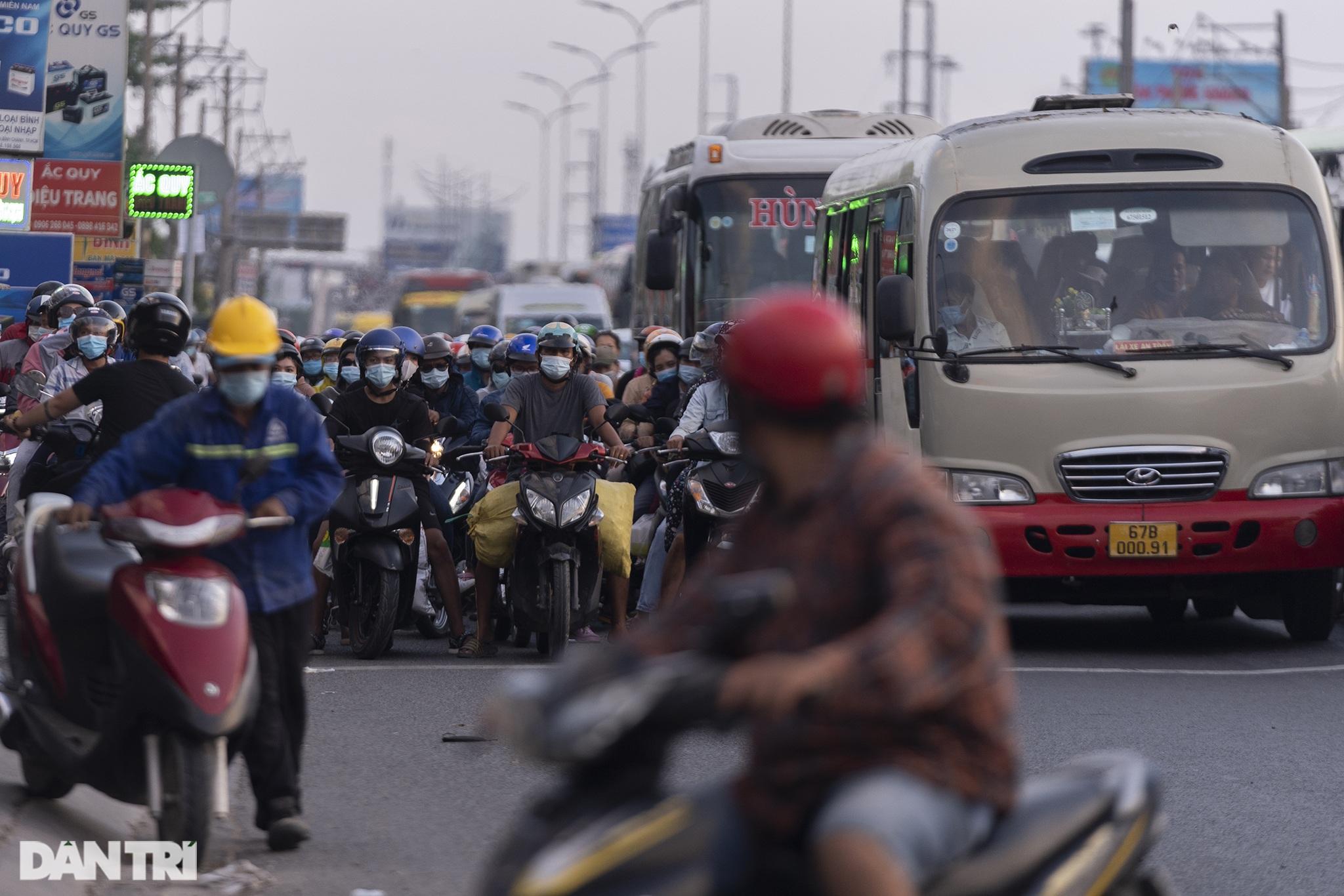 Người dân trở lại Sài Gòn sớm, giao thông cửa ngõ ùn tắc, hỗn loạn - 13