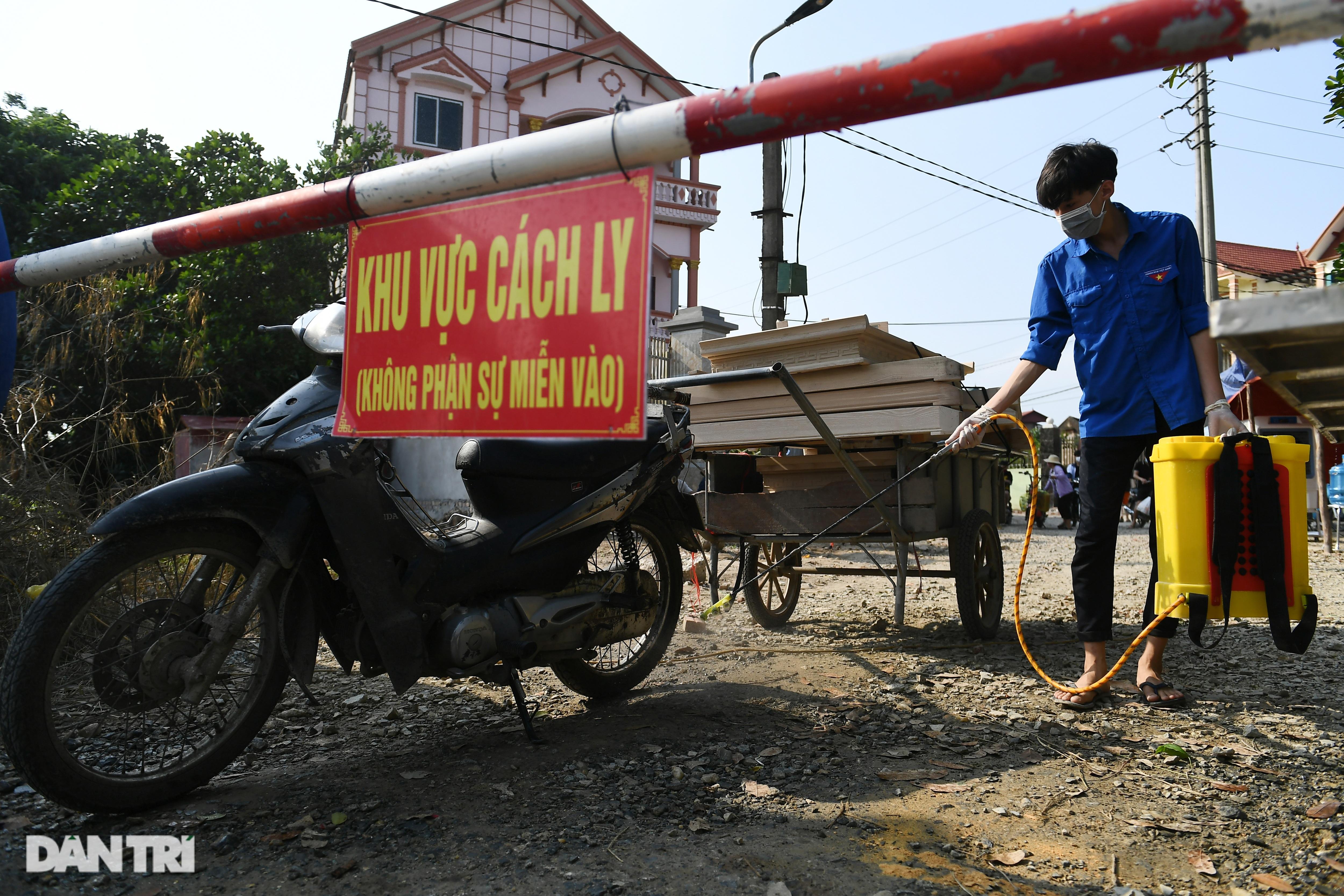 Cuộc sống khu dân cư cách ly ở Hà Nội: Cầu trời cho dịch bệnh qua nhanh - 1