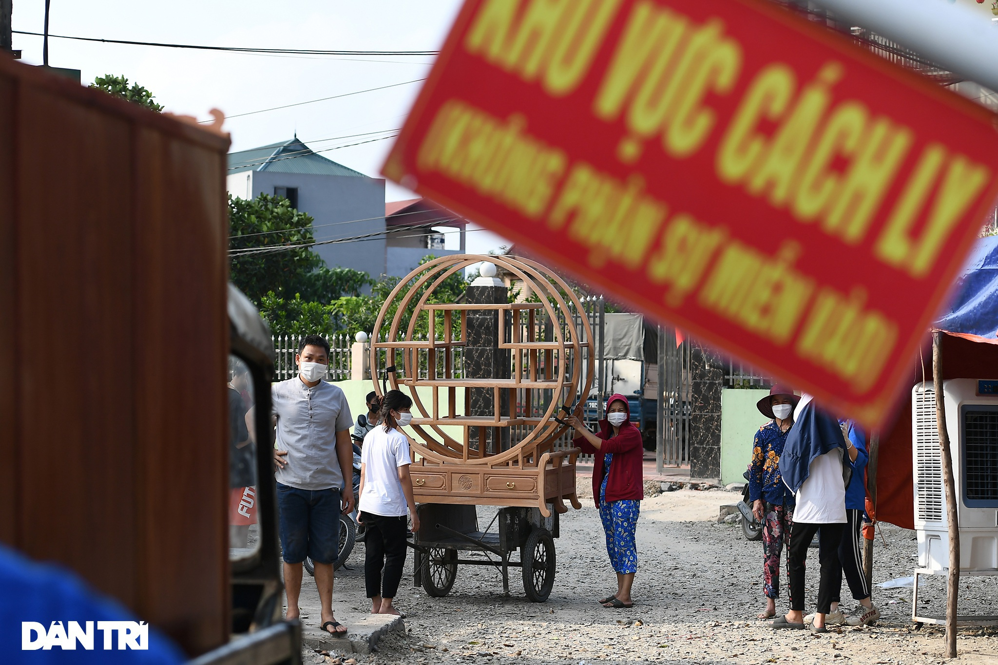 Cuộc sống khu dân cư cách ly ở Hà Nội: Cầu trời cho dịch bệnh qua nhanh - 15