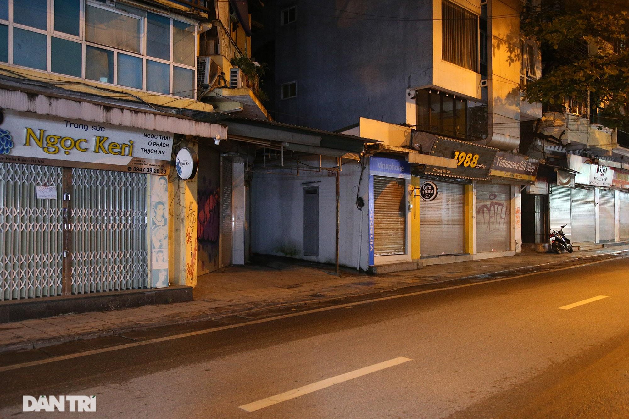 Phố Hà Nội ngủ sớm vì Covid-19, đường xá vắng vẻ, ít người đi lại - 9