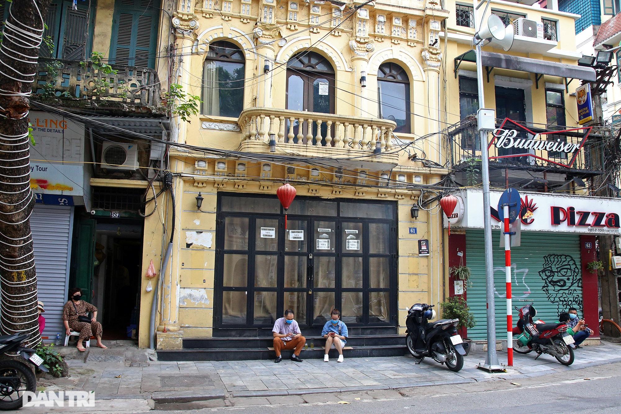 Các siêu cửa hàng mặt tiền phố cổ ế khách vì Covid-19 - 13