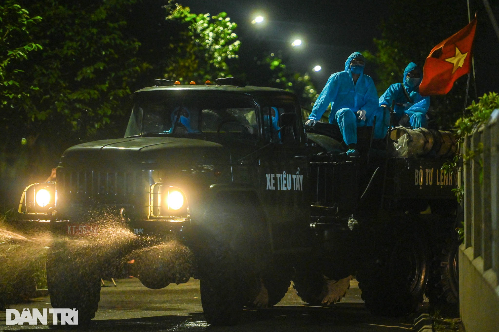 Xuyên đêm tẩy độc khử khuẩn nơi ở gần 6.000 người bị phong tỏa tại Gia Lâm - 19