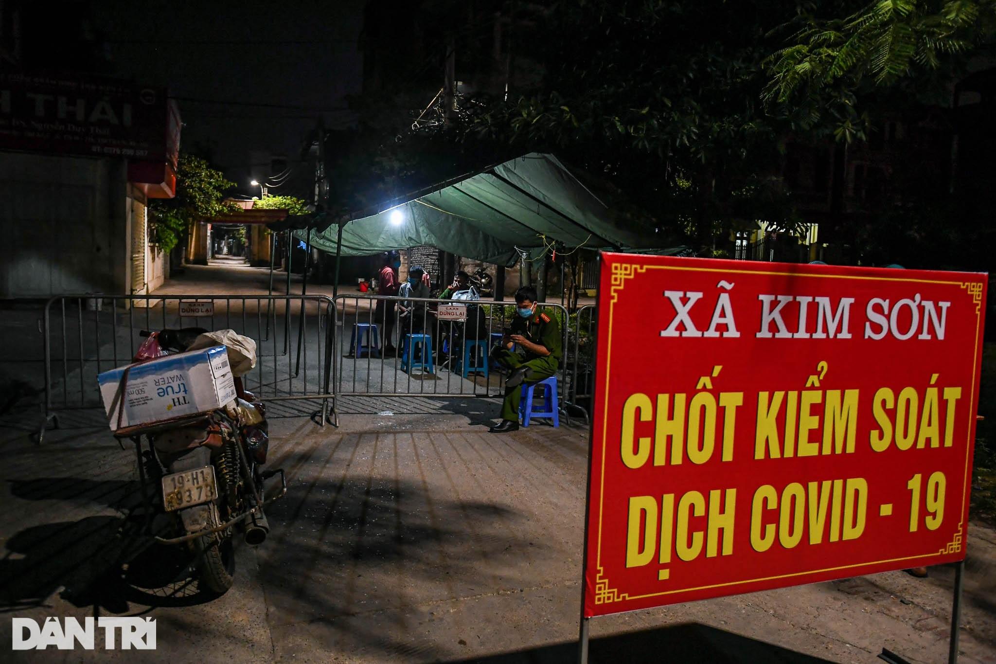 Xuyên đêm tẩy độc khử khuẩn nơi ở gần 6.000 người bị phong tỏa tại Gia Lâm - 1
