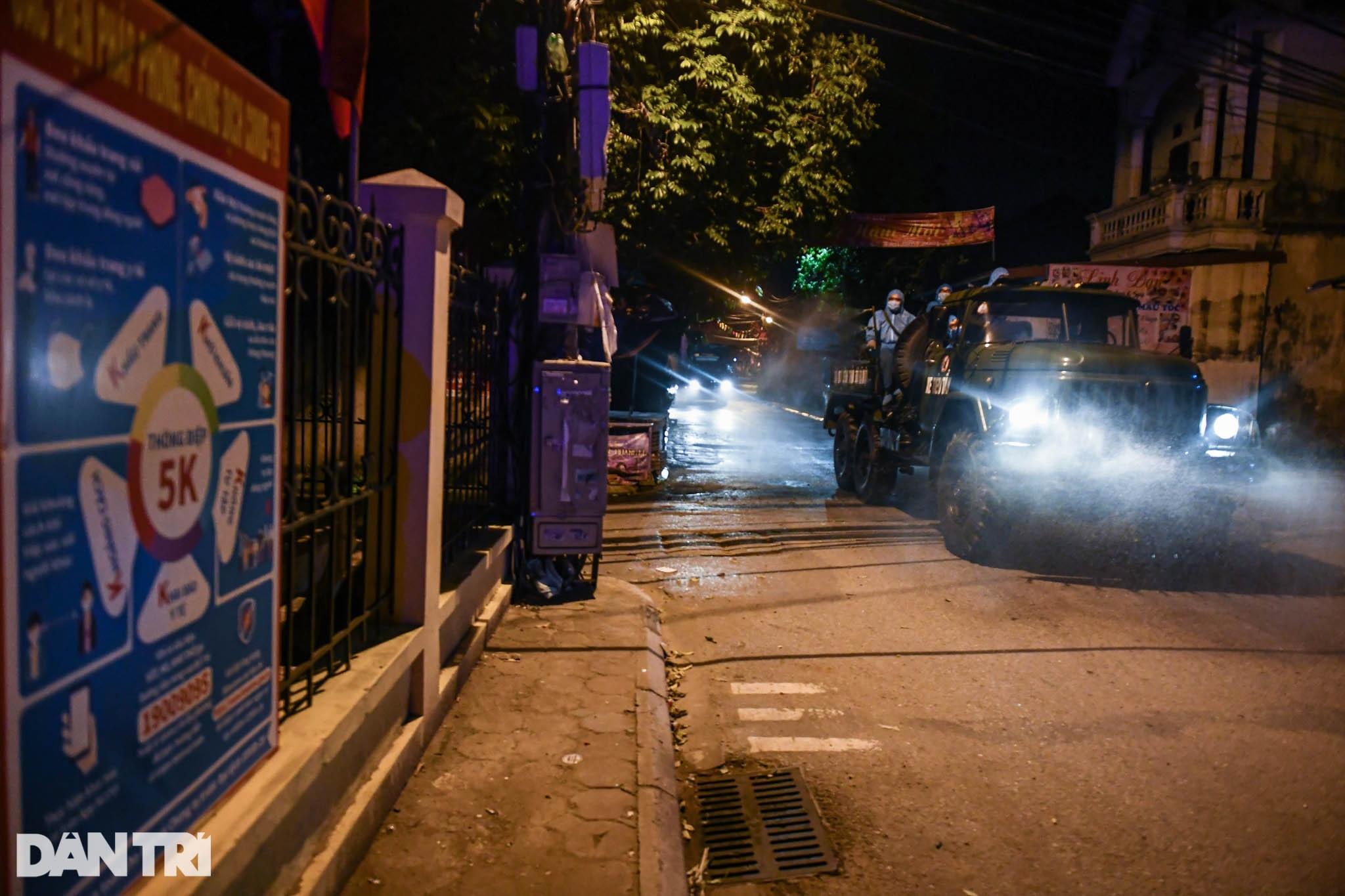 Xuyên đêm tẩy độc khử khuẩn nơi ở gần 6.000 người bị phong tỏa tại Gia Lâm - 15