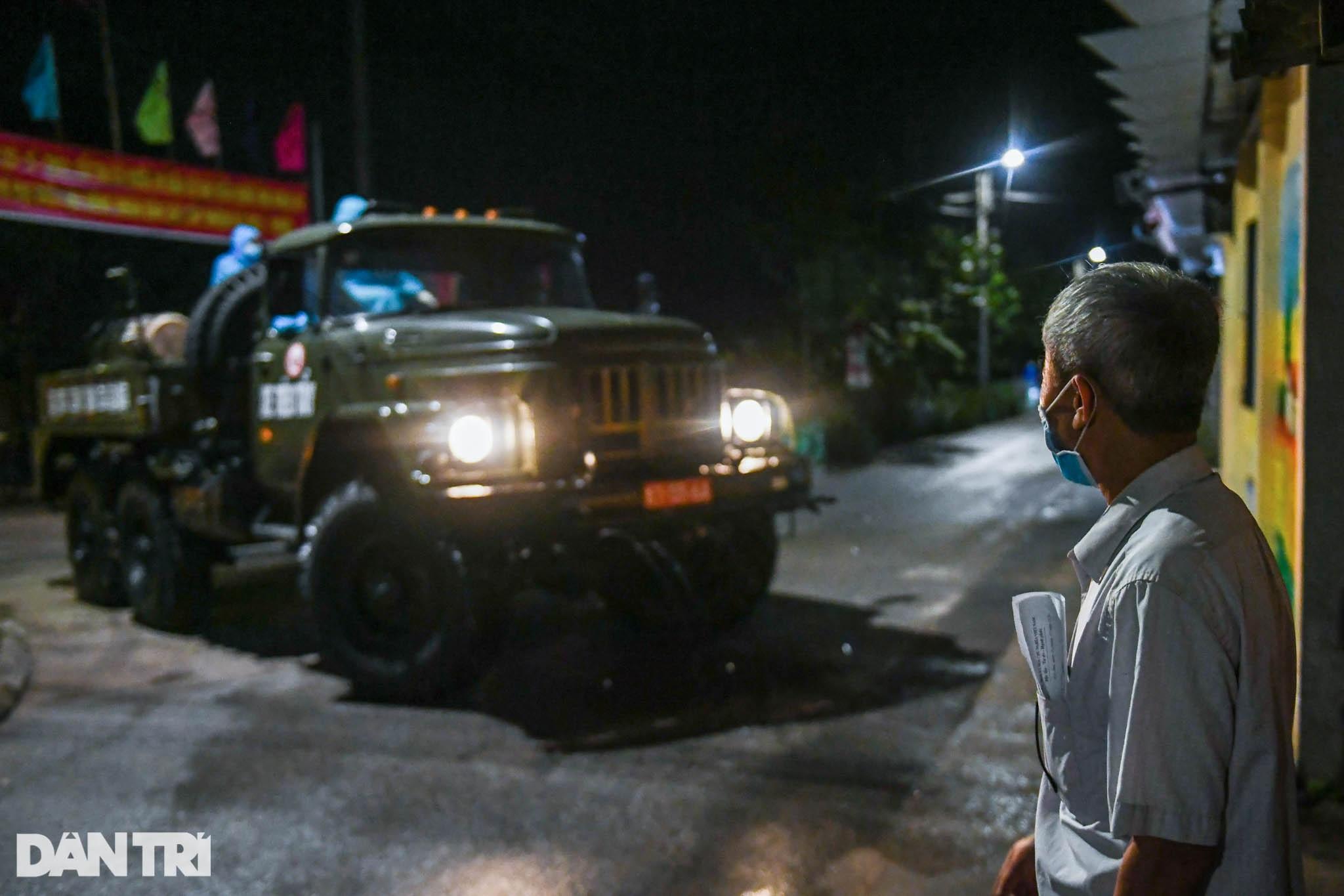 Xuyên đêm tẩy độc khử khuẩn nơi ở gần 6.000 người bị phong tỏa tại Gia Lâm - 12