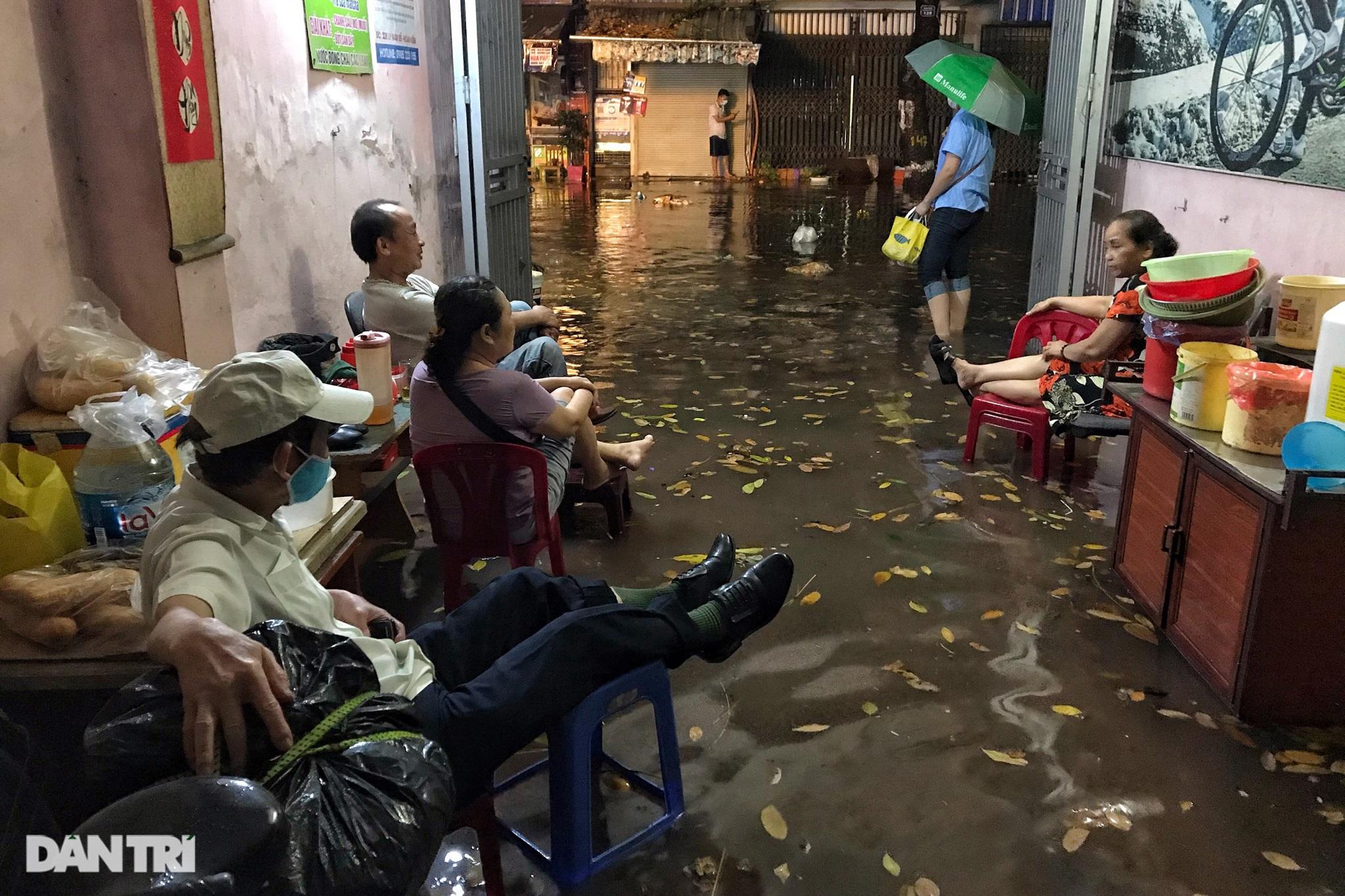 Hà Nội ngập sâu trong nước sau cơn mưa ngắn chưa đầy 1 tiếng đồng hồ - 12