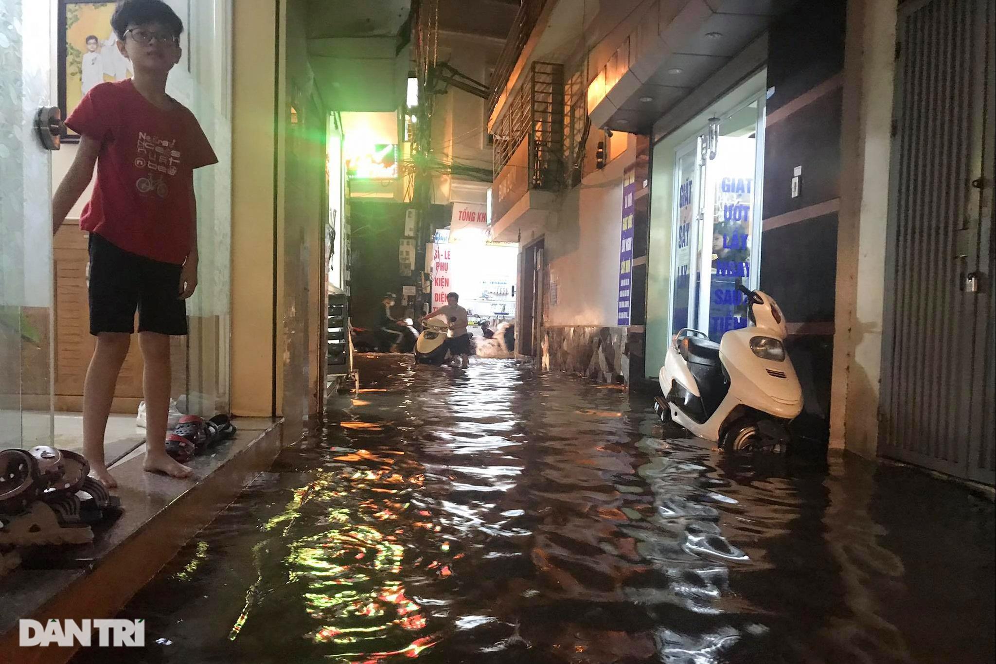 Hà Nội ngập sâu trong nước sau cơn mưa ngắn chưa đầy 1 tiếng đồng hồ - 21