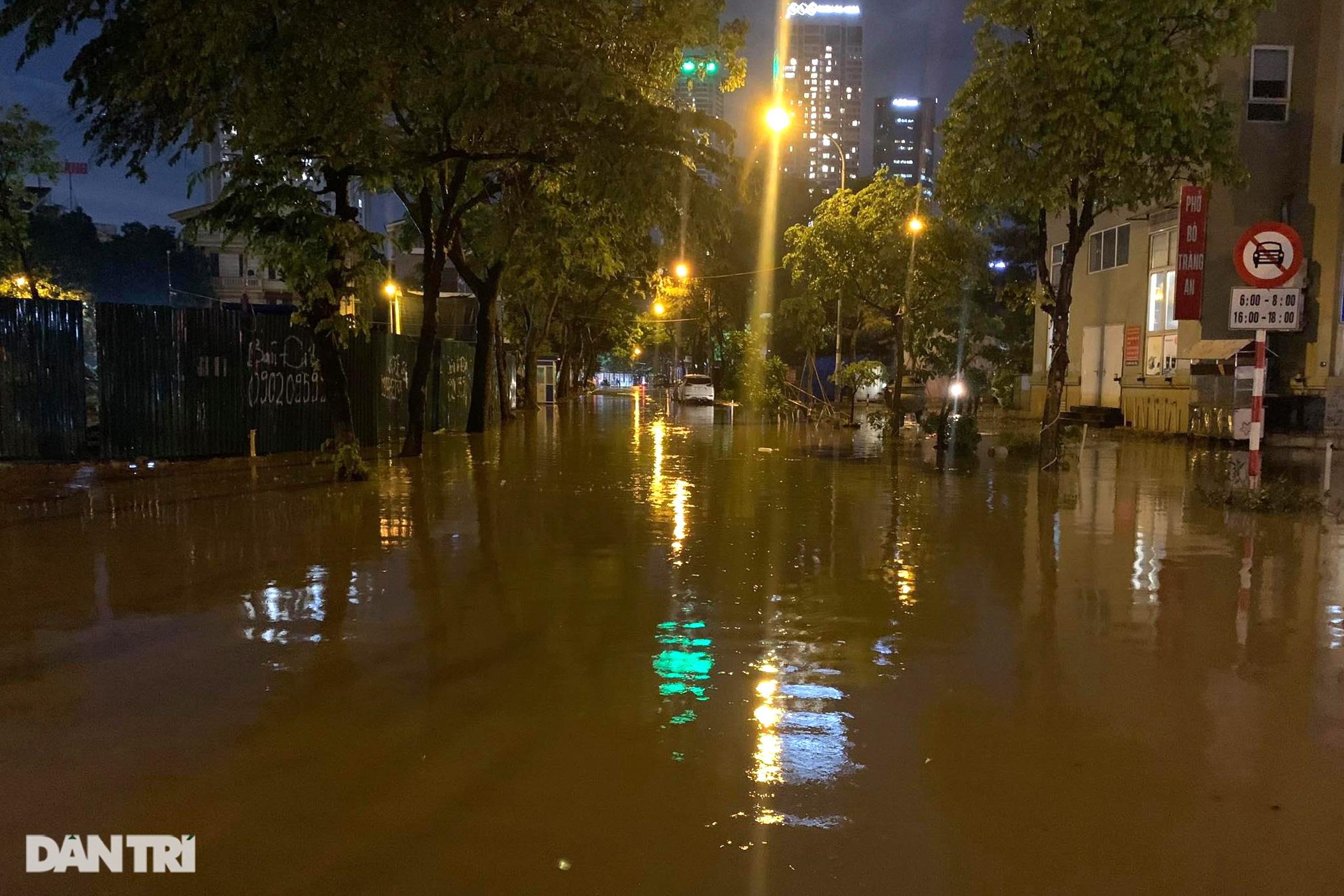 Hà Nội ngập sâu trong nước sau cơn mưa ngắn chưa đầy 1 tiếng đồng hồ - 20