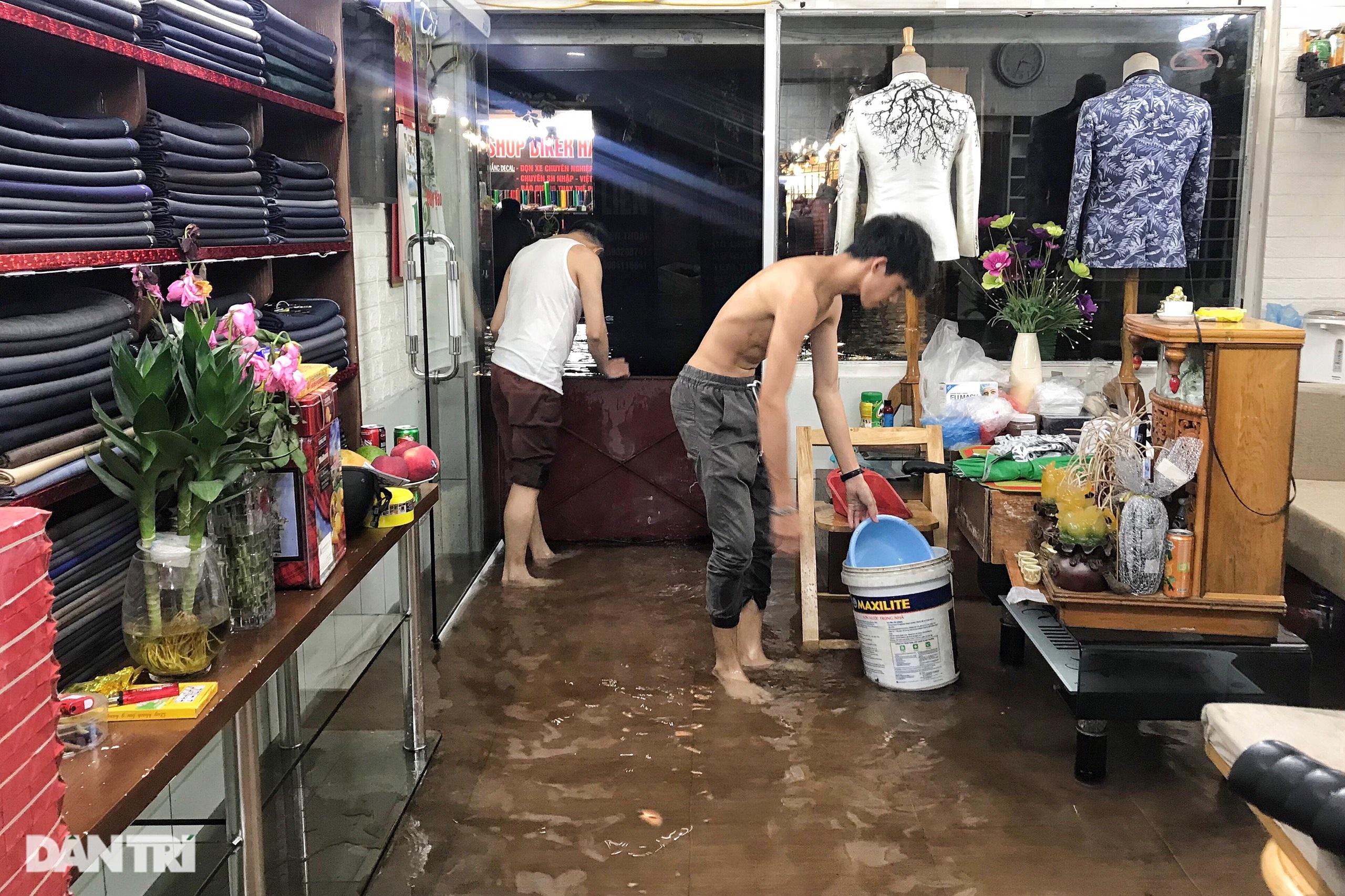 Hà Nội ngập sâu trong nước sau cơn mưa ngắn chưa đầy 1 tiếng đồng hồ - 17