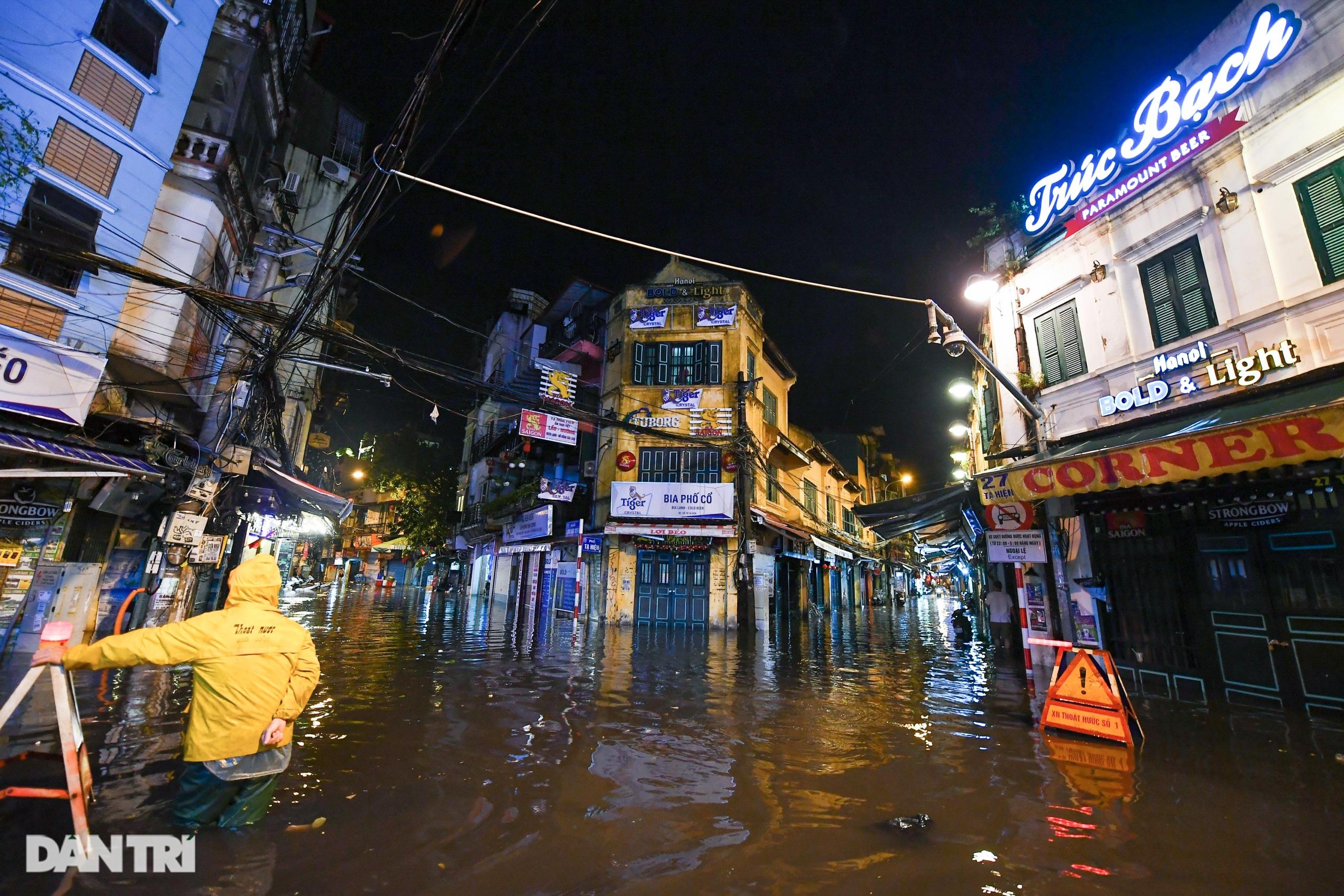 Hà Nội ngập sâu trong nước sau cơn mưa ngắn chưa đầy 1 tiếng đồng hồ - 4