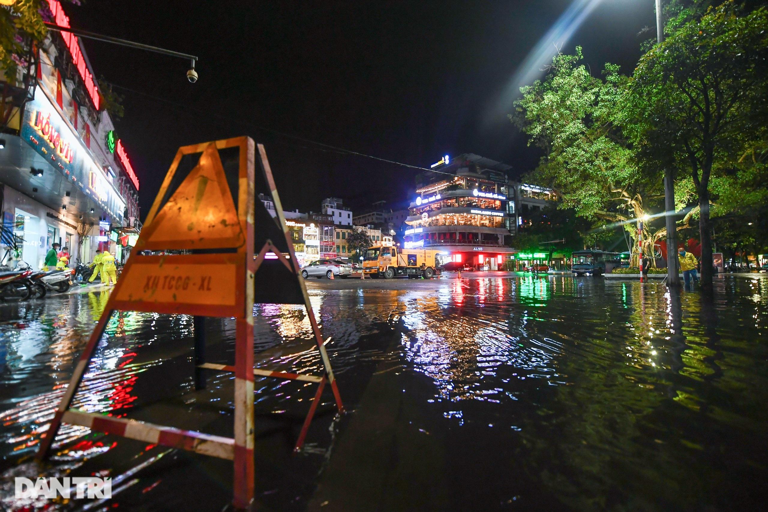 Hà Nội ngập sâu trong nước sau cơn mưa ngắn chưa đầy 1 tiếng đồng hồ - 11