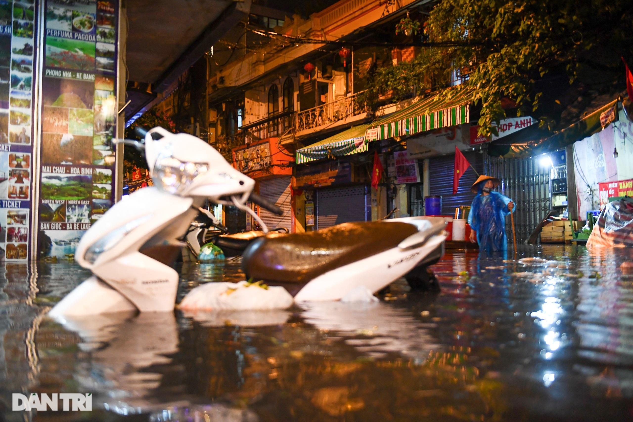 Hà Nội ngập sâu trong nước sau cơn mưa ngắn chưa đầy 1 tiếng đồng hồ - 5
