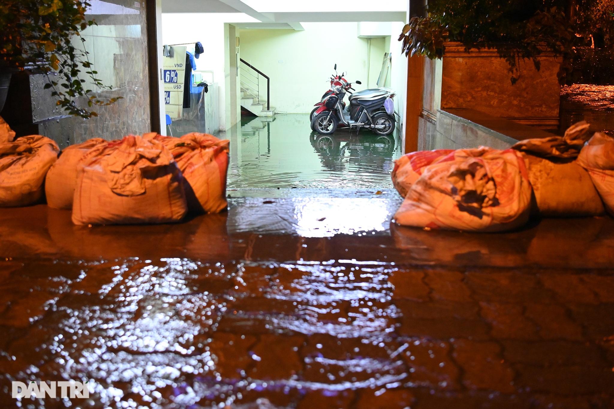 Hà Nội ngập sâu trong nước sau cơn mưa ngắn chưa đầy 1 tiếng đồng hồ - 24