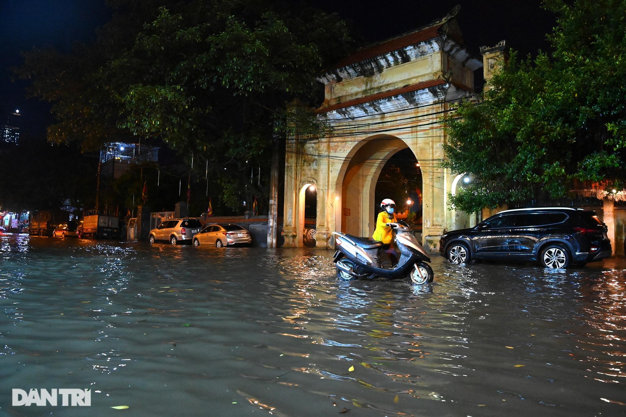 Hà Nội ngập sâu trong nước sau cơn mưa ngắn chưa đầy 1 tiếng đồng hồ - 23