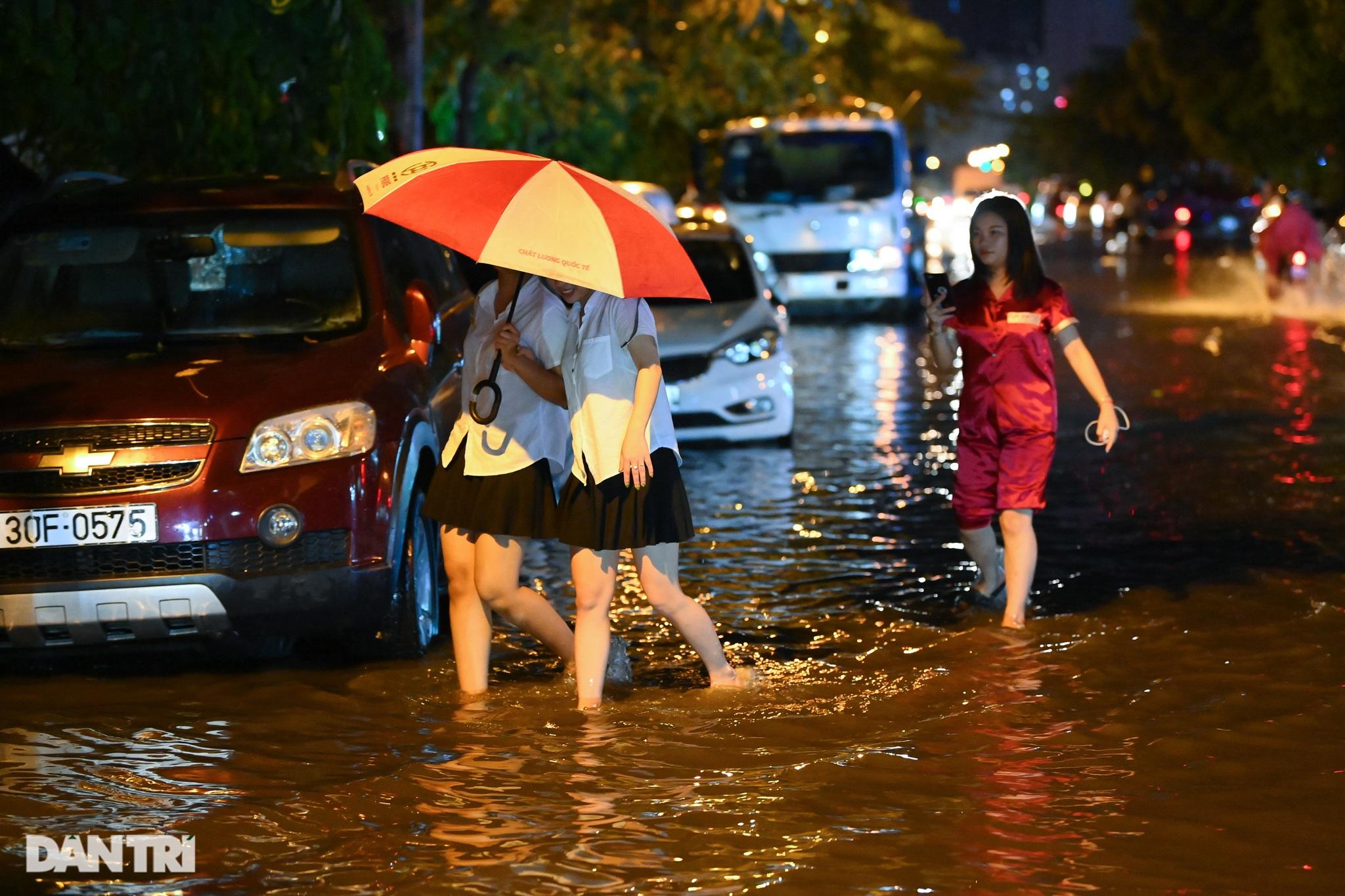 Hà Nội ngập sâu trong nước sau cơn mưa ngắn chưa đầy 1 tiếng đồng hồ - 25