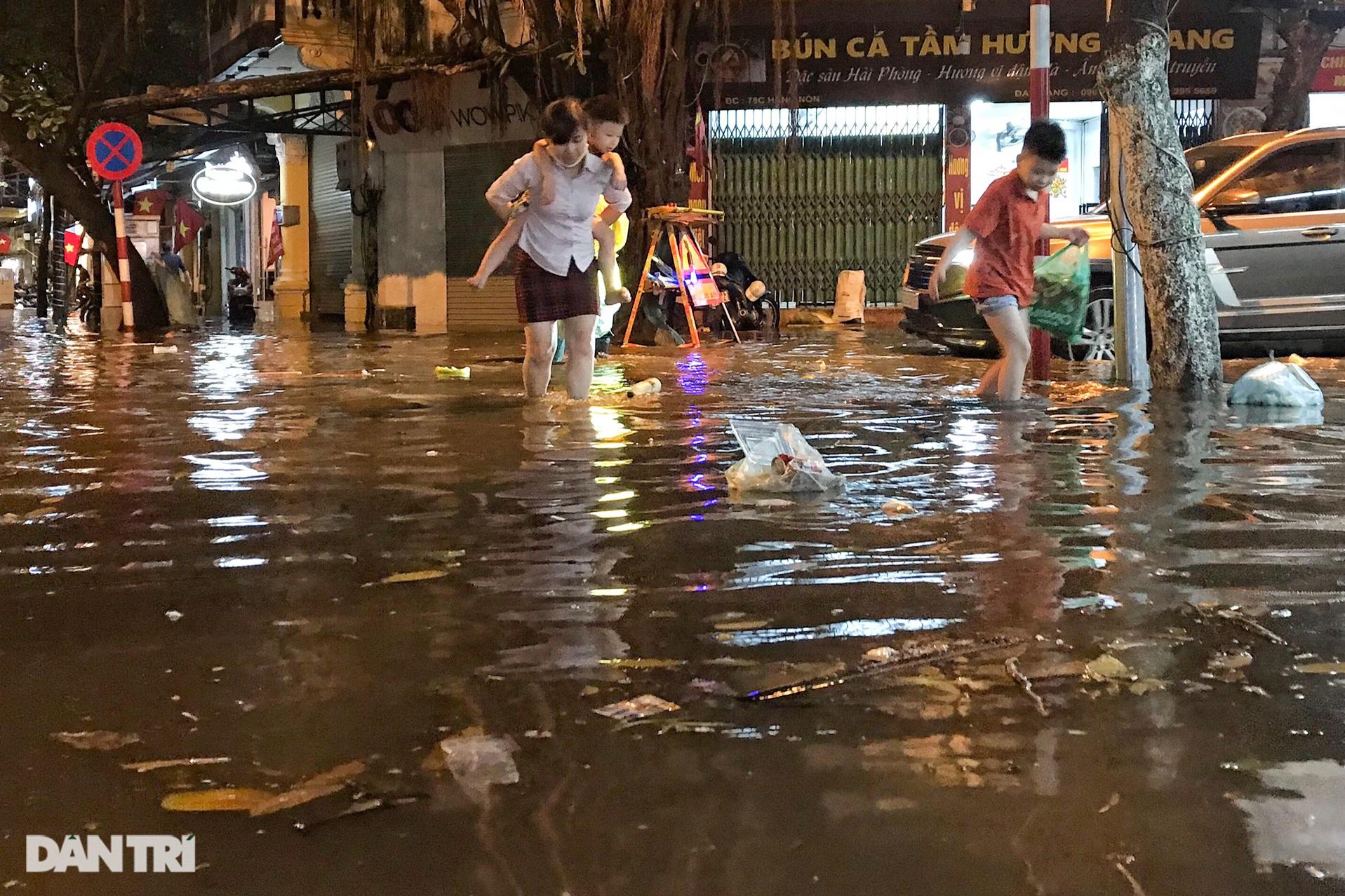 Hà Nội ngập sâu trong nước sau cơn mưa ngắn chưa đầy 1 tiếng đồng hồ - 16