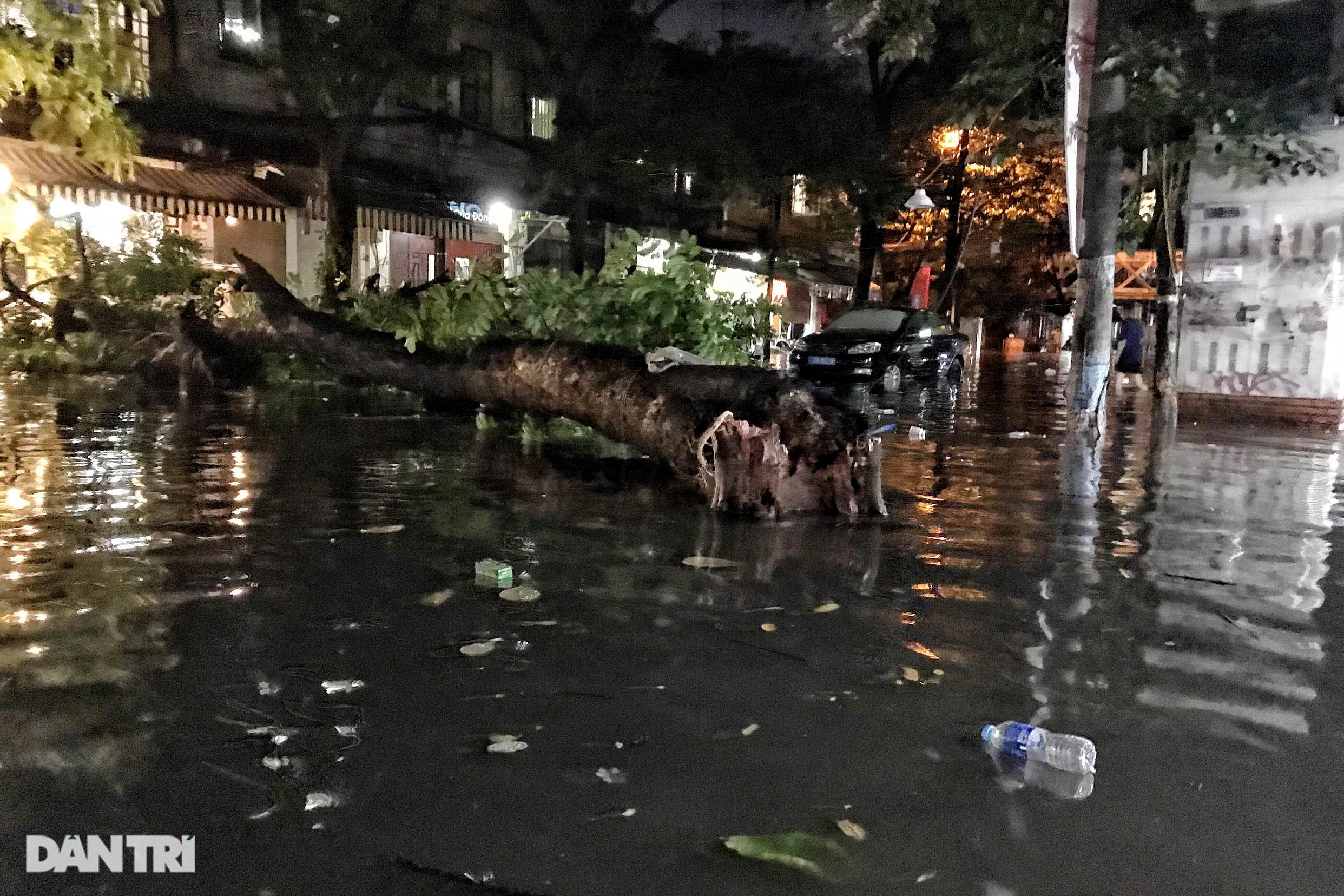 Hà Nội ngập sâu trong nước sau cơn mưa ngắn chưa đầy 1 tiếng đồng hồ - 15