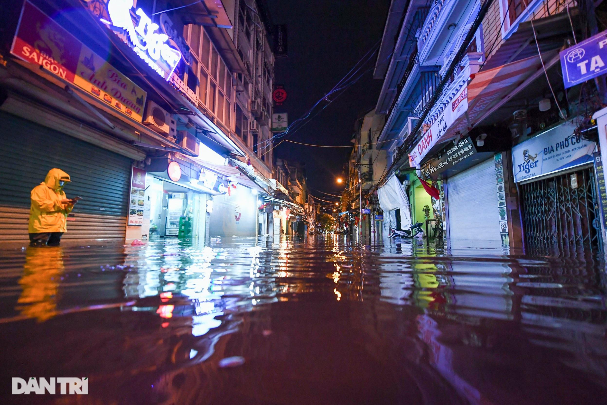 Hà Nội ngập sâu trong nước sau cơn mưa ngắn chưa đầy 1 tiếng đồng hồ - 10